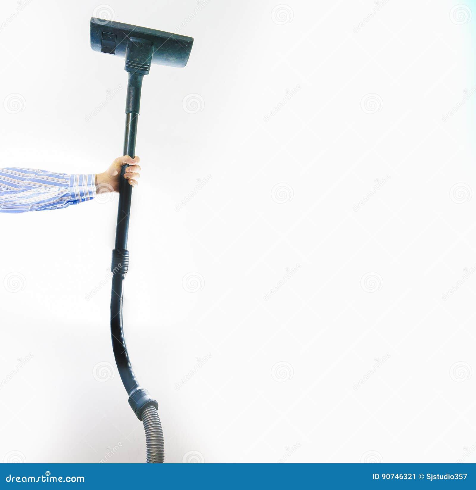 Il concetto di pulizia, uomo sta tenendo un aspirapolvere su un BAC bianco