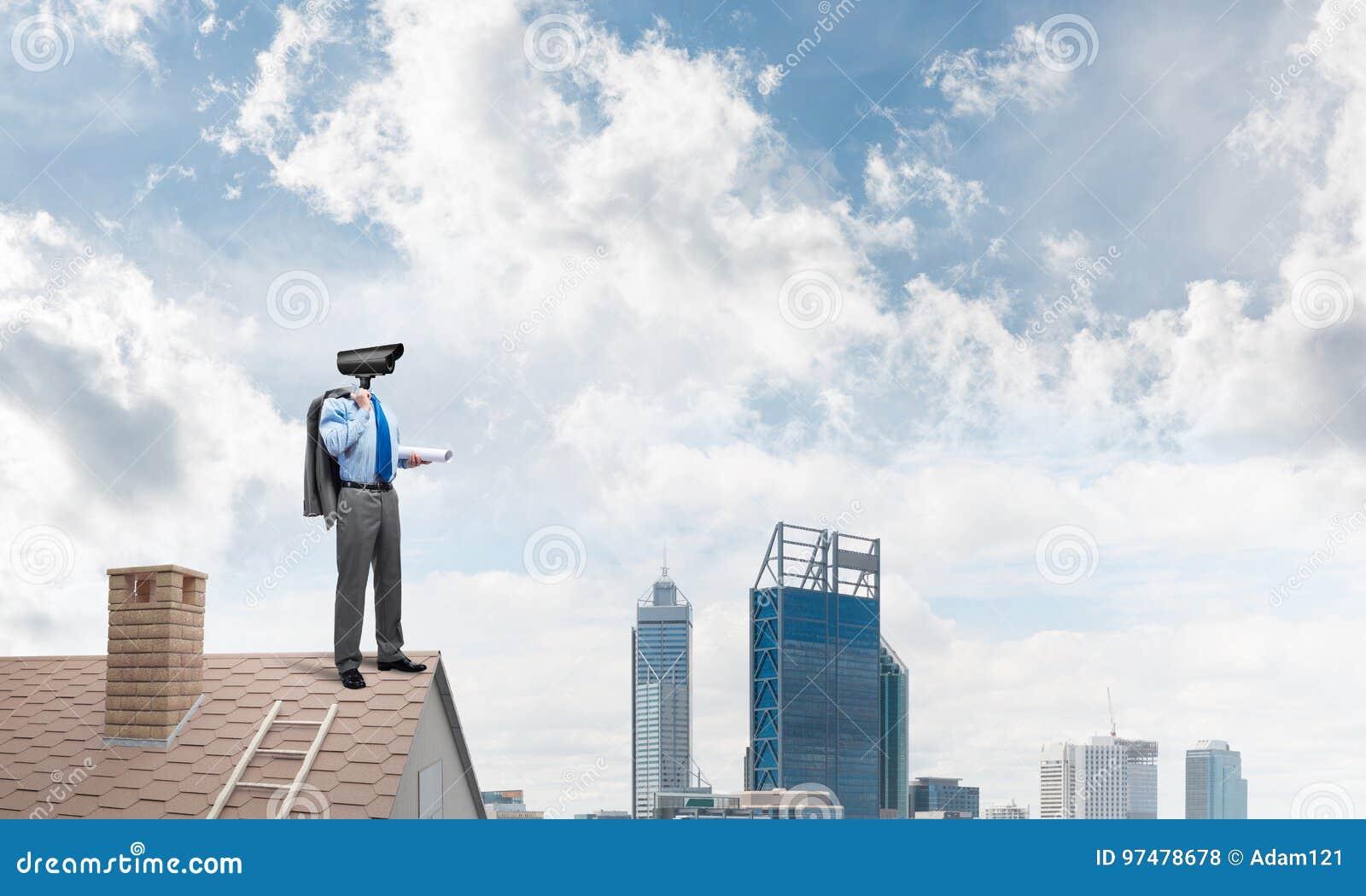 Il concetto di sicurezza domestica e della protezione di segretezza con la macchina fotografica ha diretto l uomo