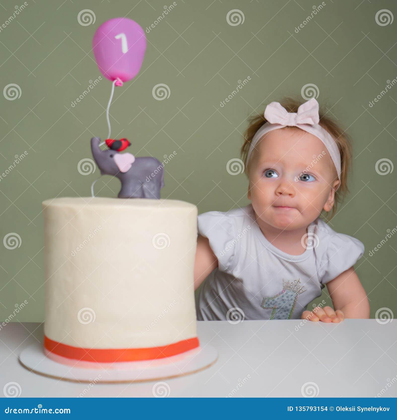 Il concetto di una festa del ` s dei bambini Concetto della torta di compleanno Torte di compleanno esclusive Il concetto di una