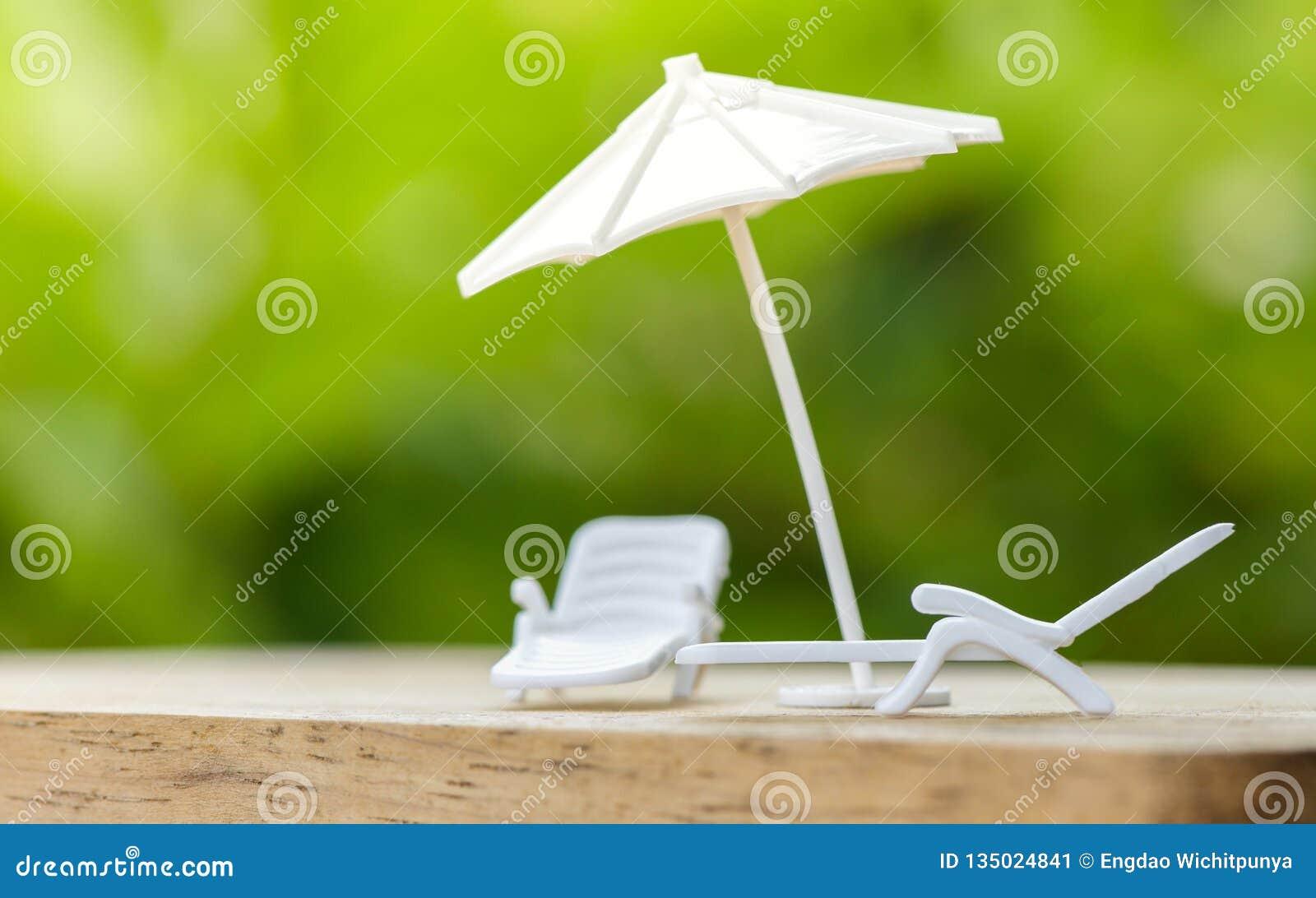 Il concetto o il piano di assicurazione di vendite si rilassa sull ombrello di festa che protegge sulla sedia del banco per la fa