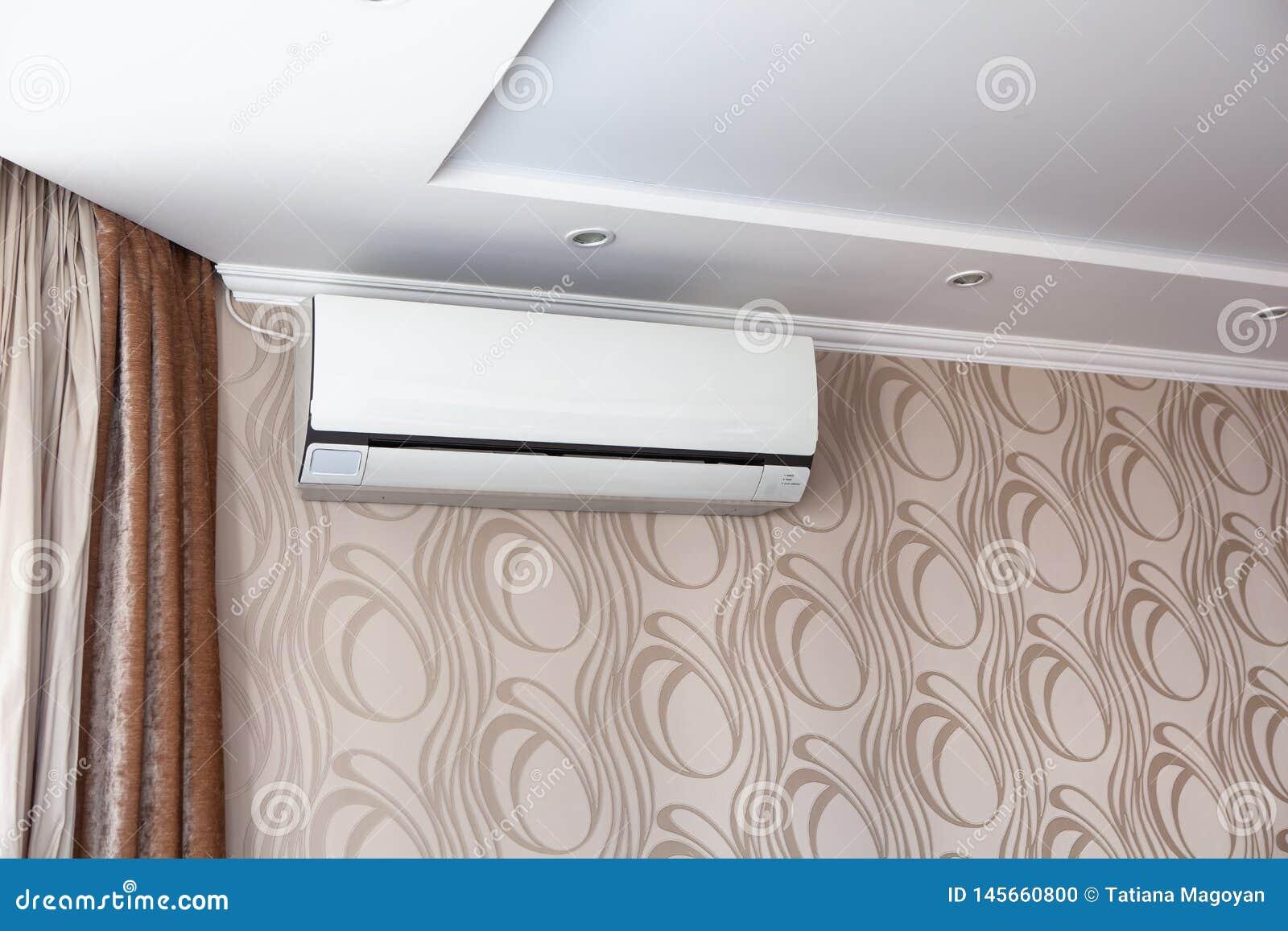 Il condizionamento d aria sulla parete dentro la stanza in appartamento, ha spento Interno nei toni beige calmi
