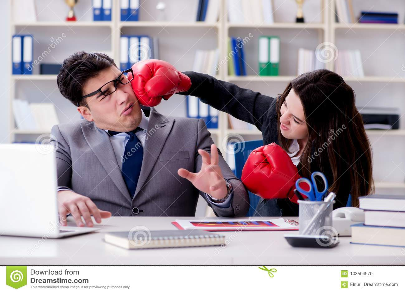 Il conflitto dell ufficio fra l uomo e la donna