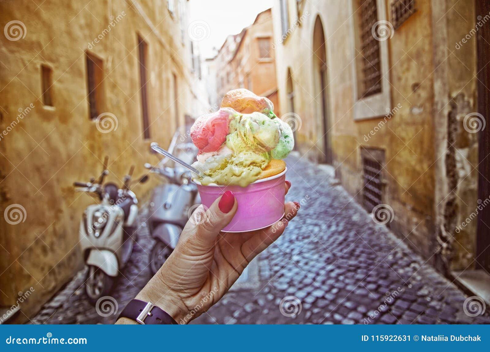 Il cono gelato italiano ha tenuto a disposizione sui precedenti sull atmosfera d annata della via