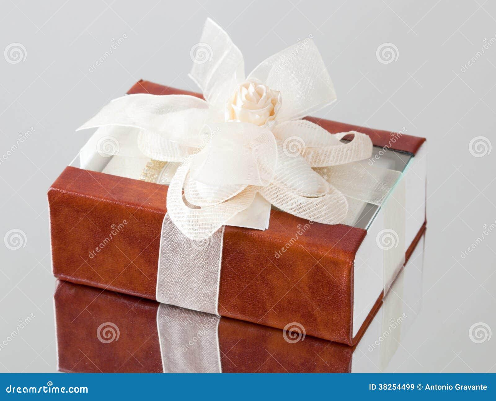 Il contenitore di regalo con una copertura marrone
