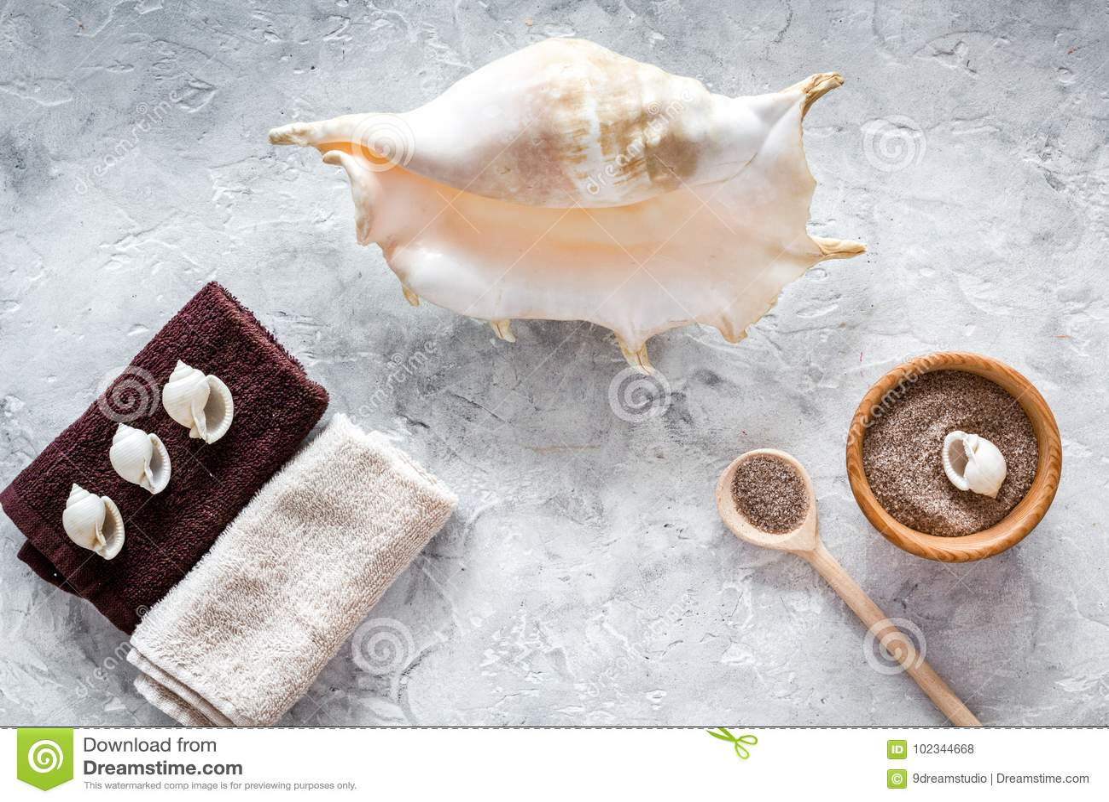 Il cosmetico della stazione termale ha messo con sale marino per il bagno e le coperture sulla - Bagno con sale grosso ...