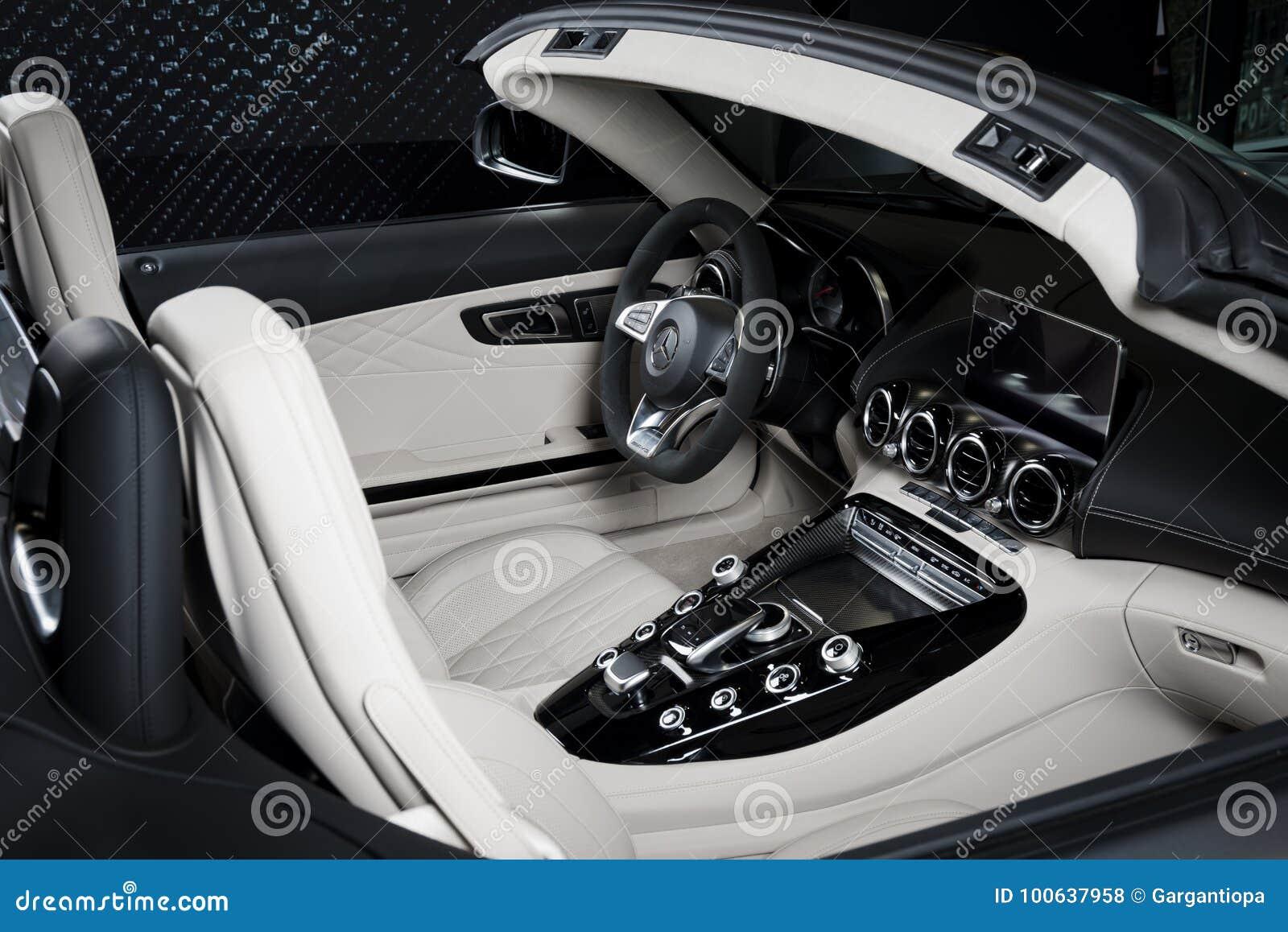 Il cruscotto interno del cuoio bianco di Mercedes-Benz GT-C dettaglia il cabriolet