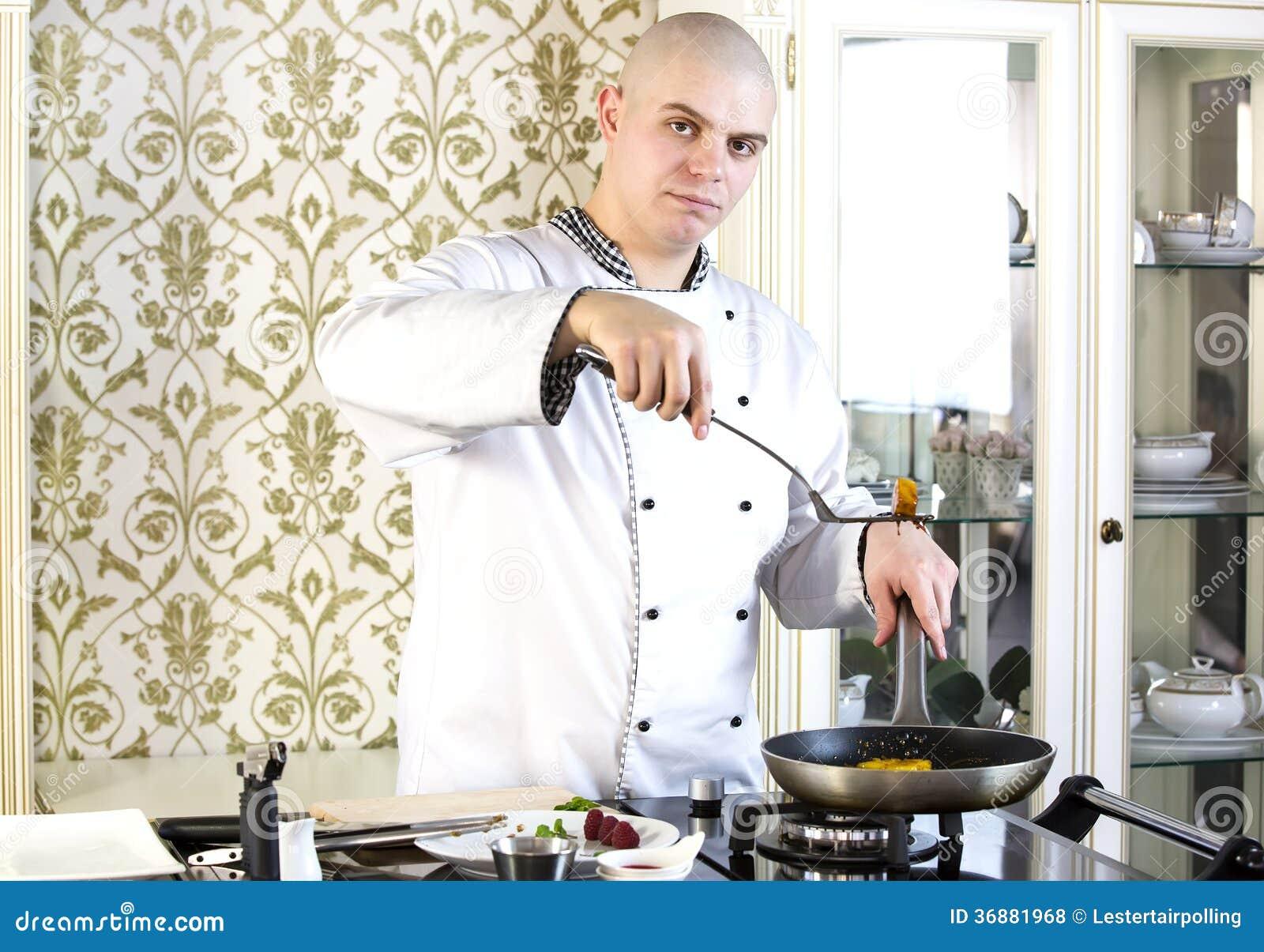Download Il Cuoco Unico Prepara Un Pasto Fotografia Stock - Immagine di apprendista, sorridere: 36881968