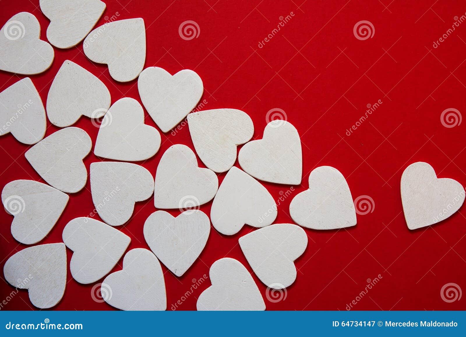 Il cuore bianco spumoso multiplo modella come biglietto di S. Valentino rosso del fondo