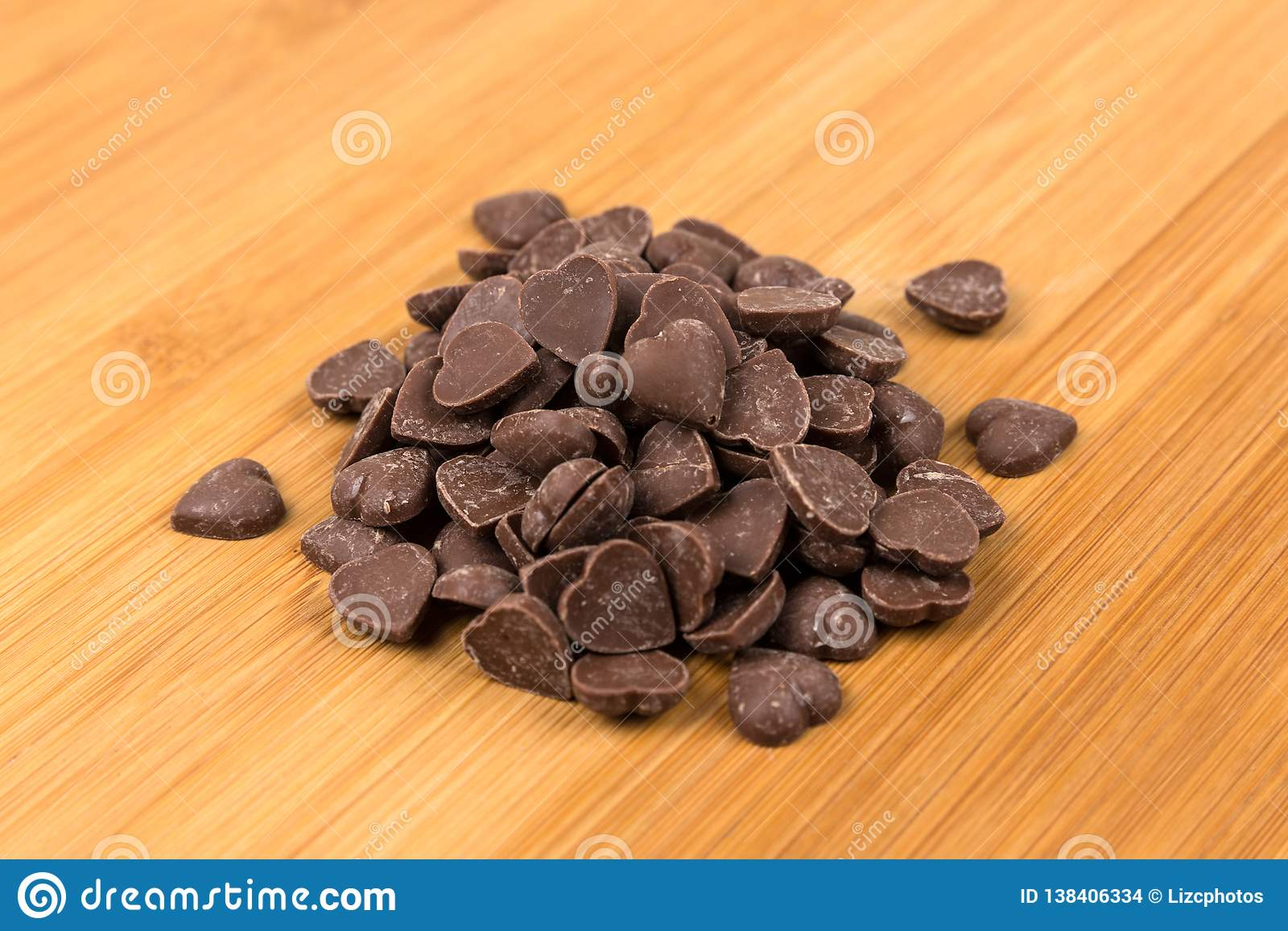 Il cuore della caramella di Brown ha modellato i pezzi del chip del cioccolato al latte
