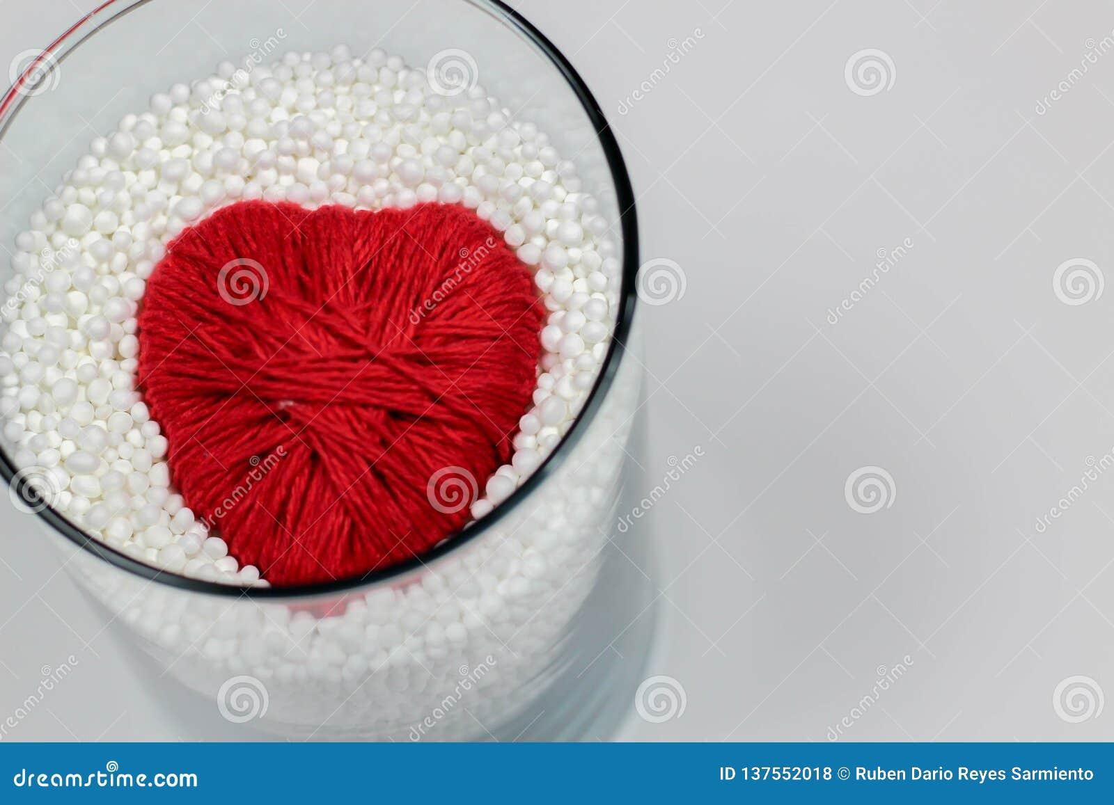 Il cuore ha fatto il filato di lana, protettivo dalle palline in espansione del polistirolo