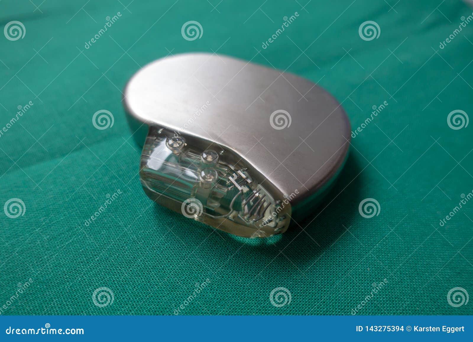 Il defibrillatore espiantato su un chirurgico verde copre