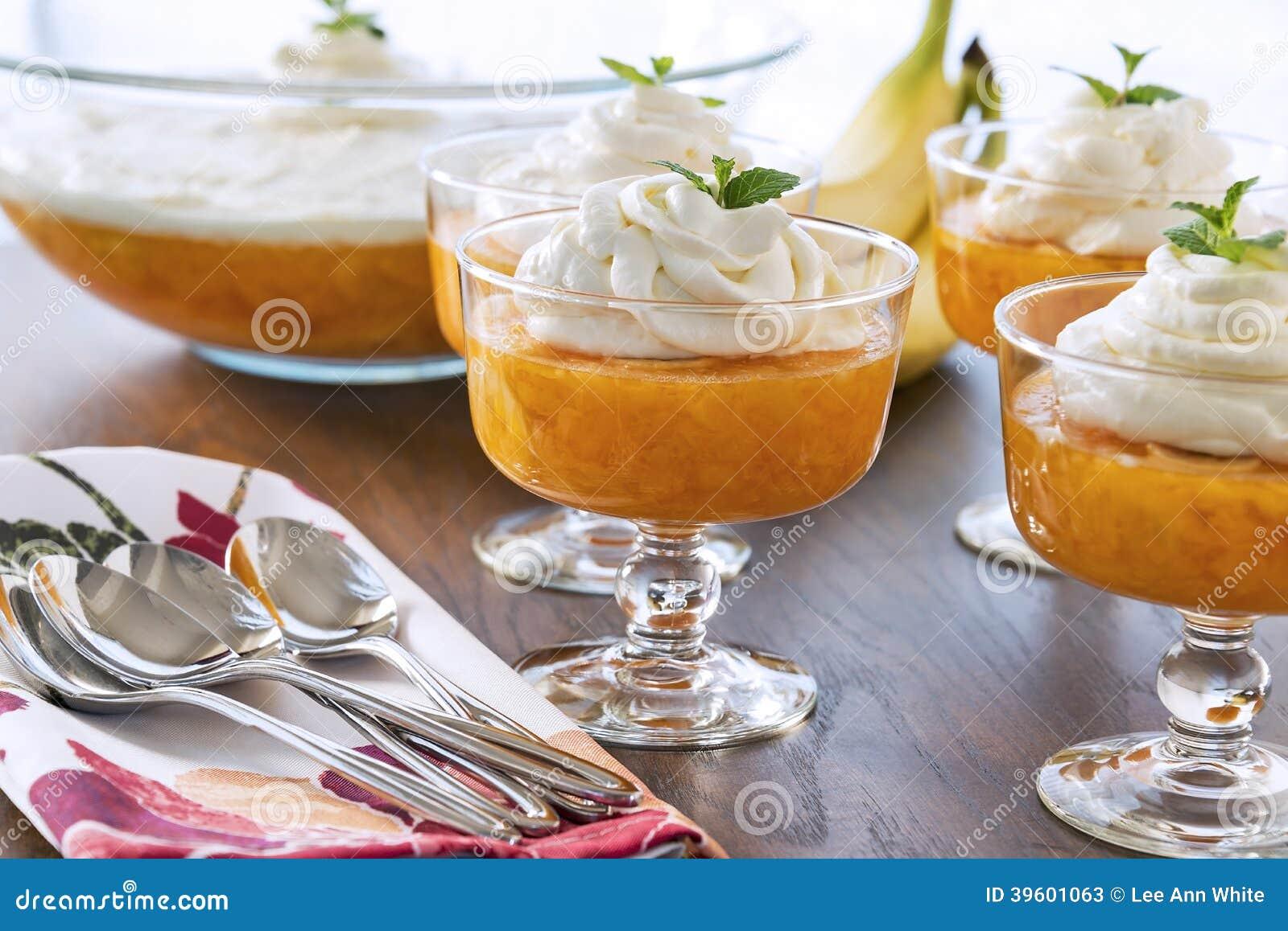 Il dessert lancia in pieno Gelificare-o con una guarnizione montata cremosa