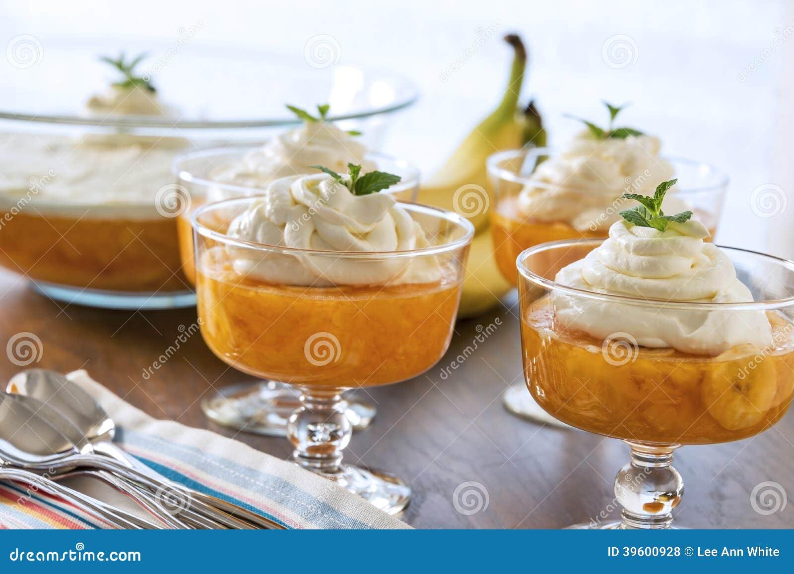 Il dessert lancia in pieno Gelificare-o e di una guarnizione montata cremosa