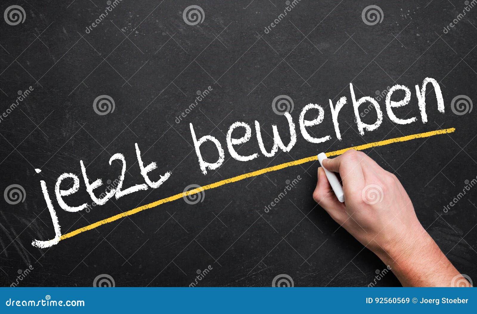 Il ` di scrittura della mano ora si applica! ` su una lavagna in tedesco