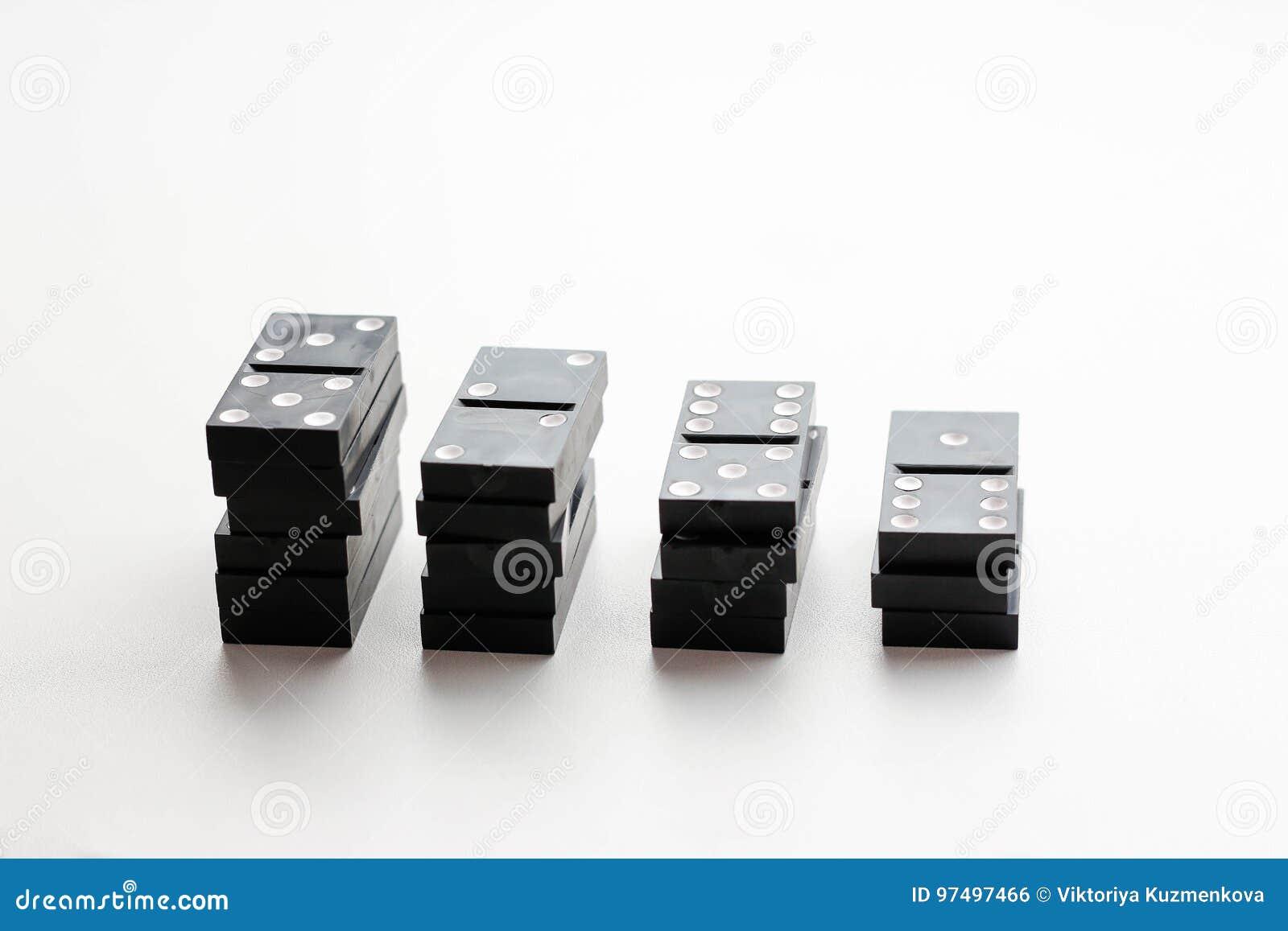 Il domino si trova le pile crescenti Isolato su una priorità bassa bianca