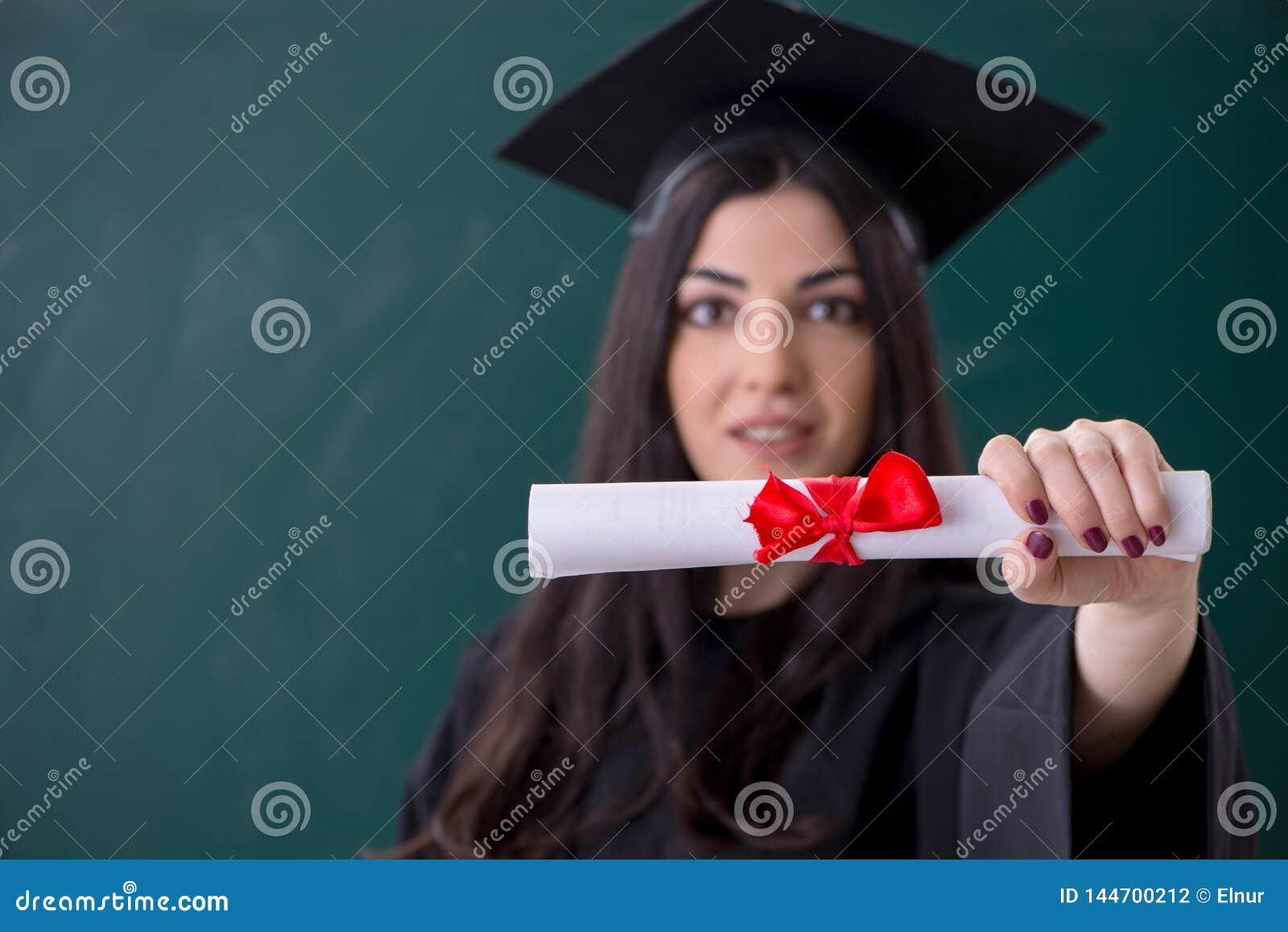 Il dottorando femminile davanti al bordo verde
