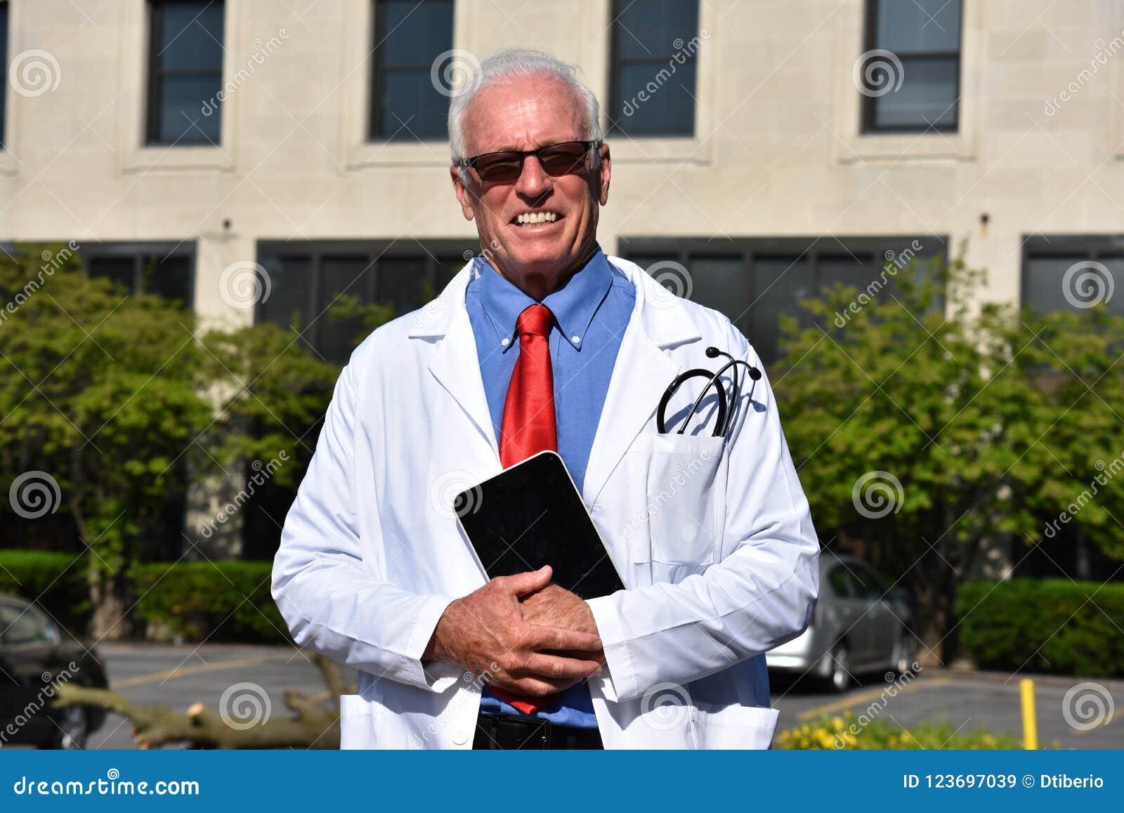 Il Dottore Maschio Bello Sorridente Wearing Lab Coat Con ...