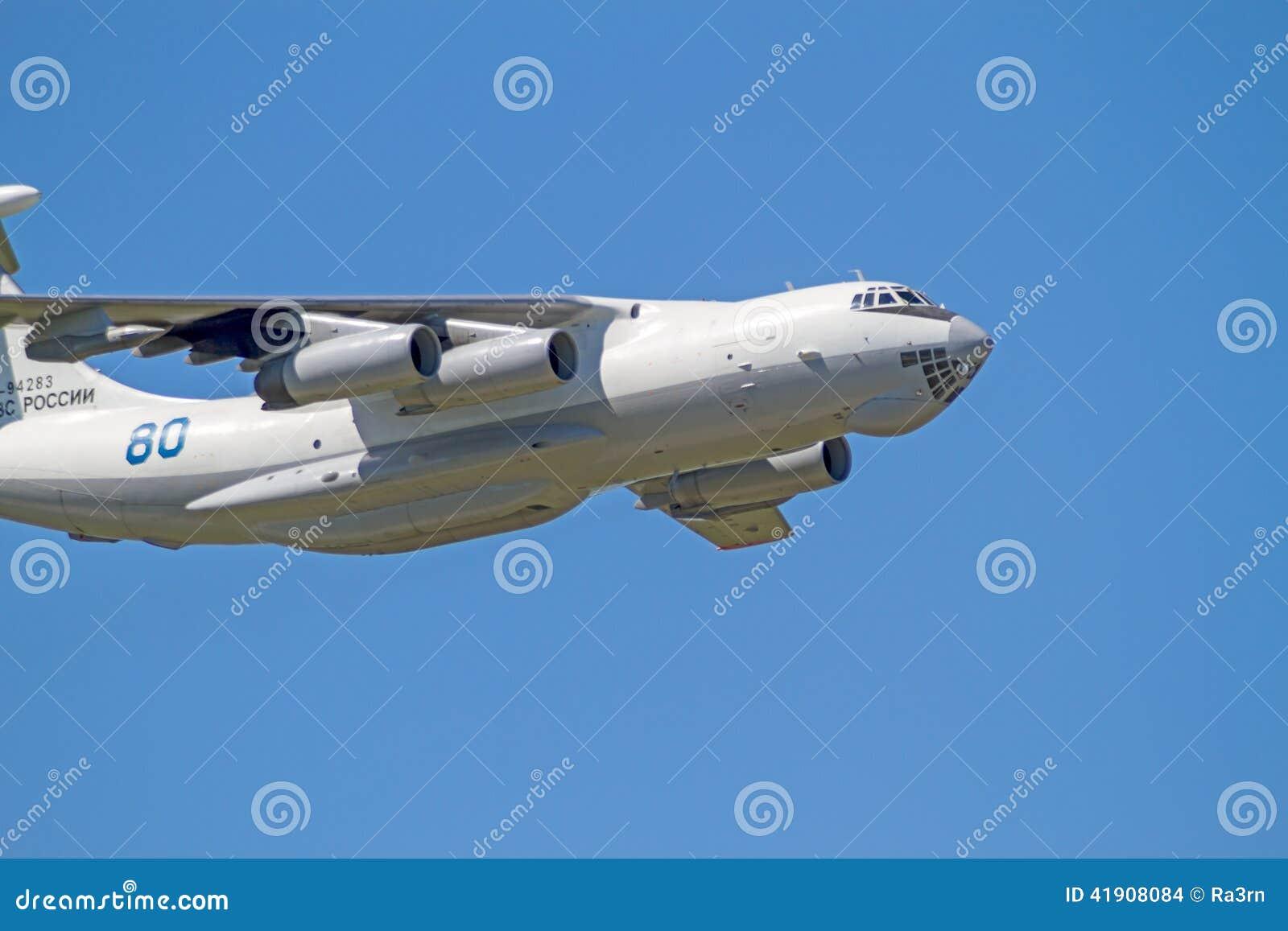 IL-76 en el cielo azul
