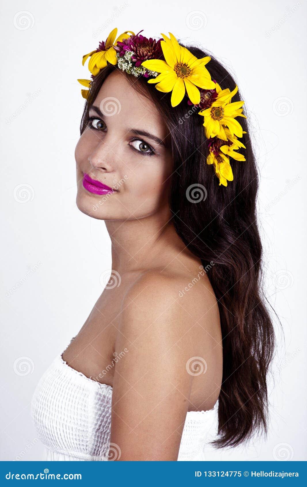 Il fatato bello e felice è vestito bianco d uso sorridente, corona del fiore