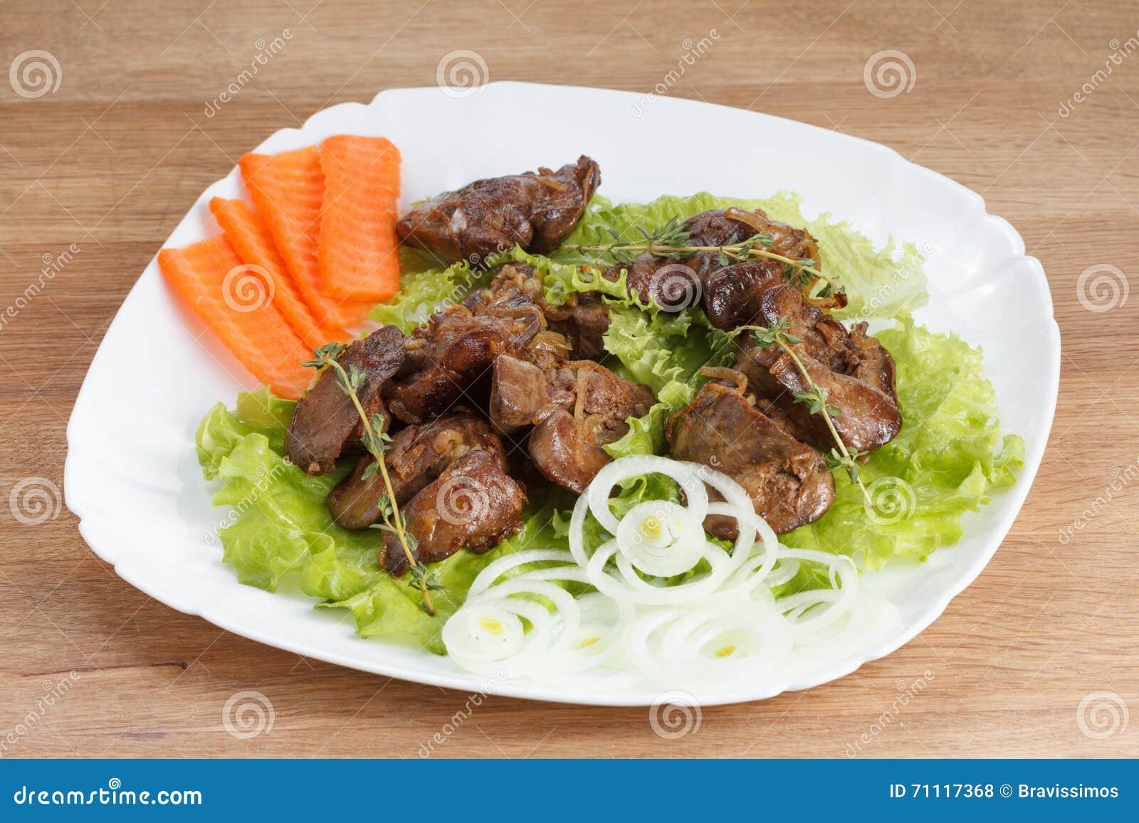 Il fegato di pollo ha cucinato con le cipolle, la lattuga e le spezie