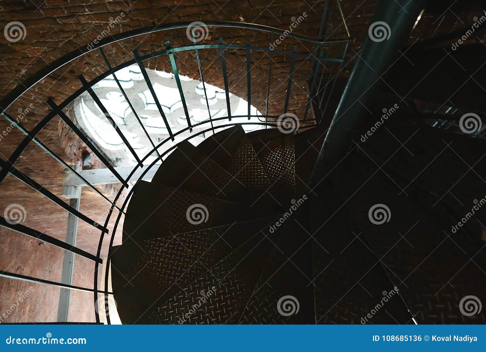 Il ferro forgiato ha torto le scale con la riflessione su for Costruzione di un pollaio su ruote