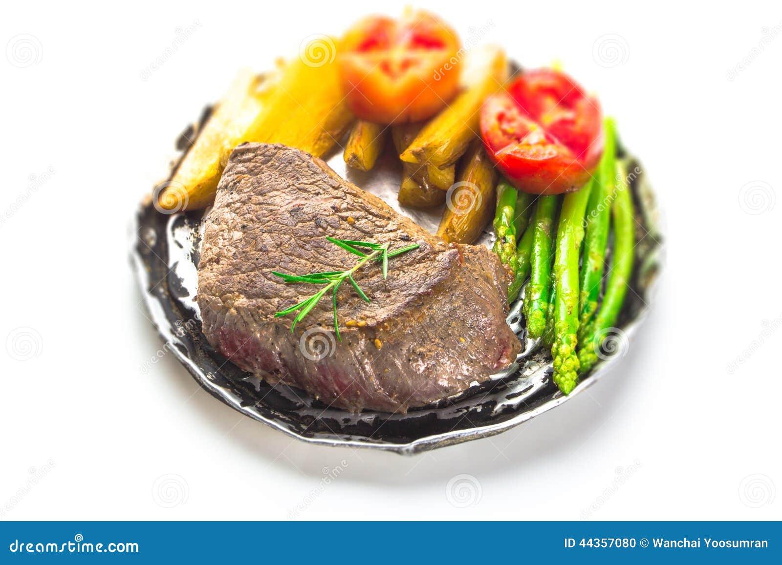 Il filetto di bue arrostito è servito con i pomodori e le verdure dell arrosto