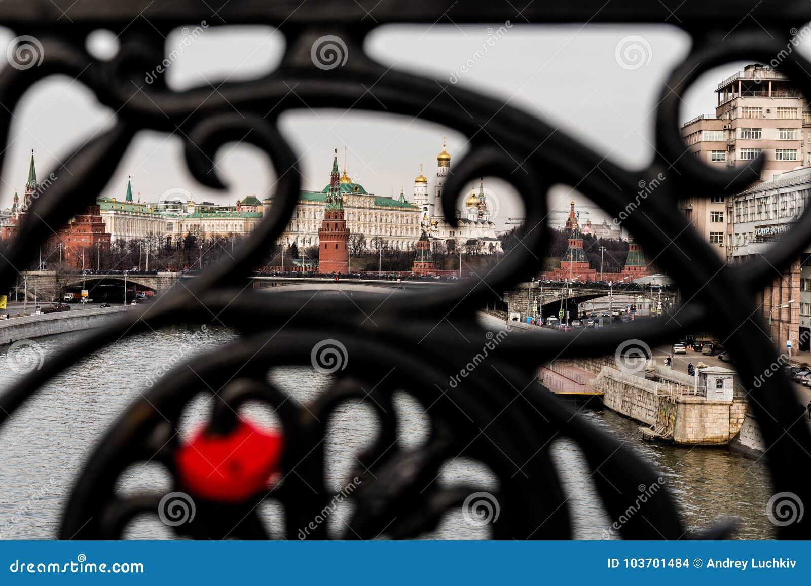 Il fissare la grata forgiata del ponte è dal fuoco e da una bella vista del Cremlino