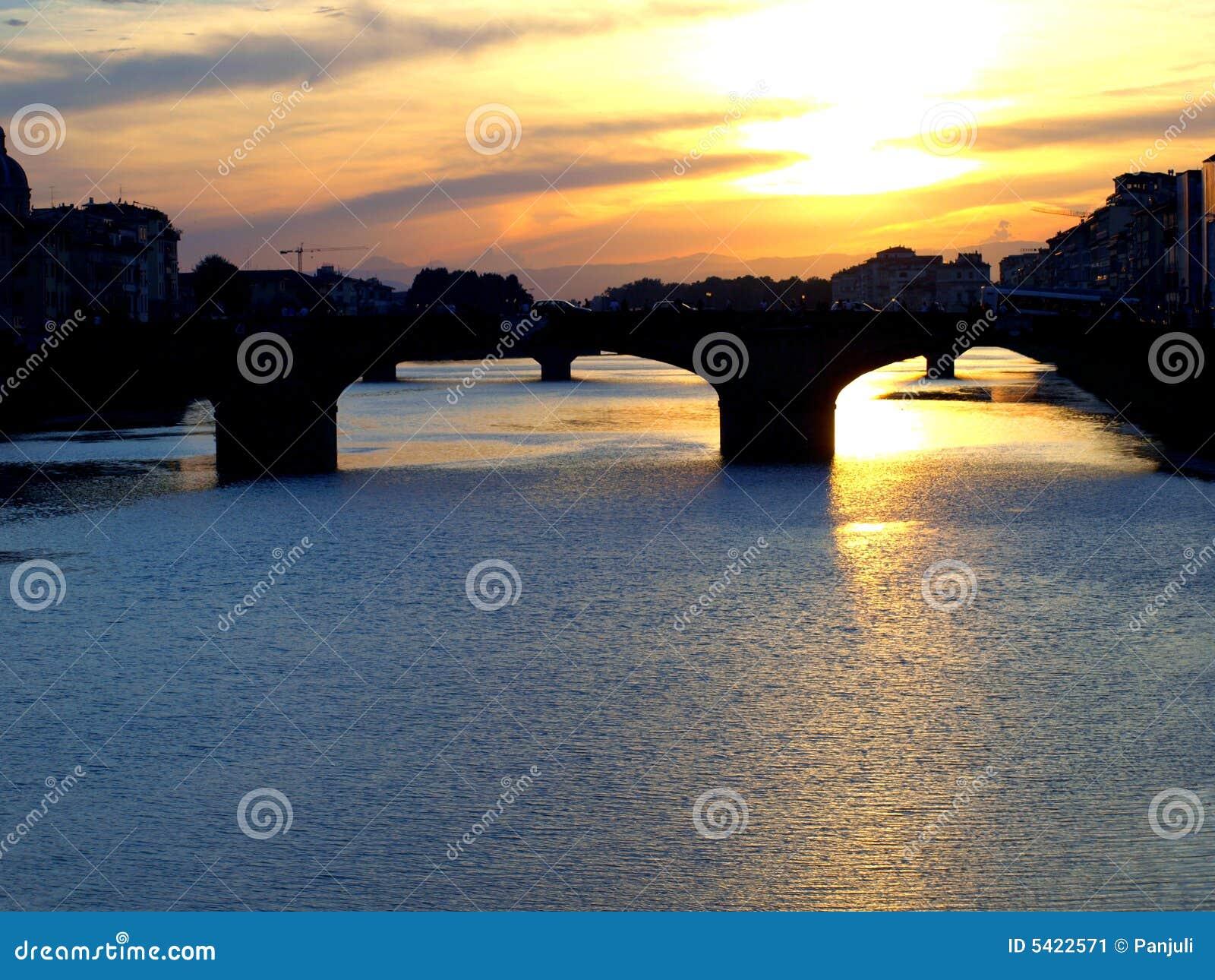 Il fiume del Arno a Firenze al tramonto