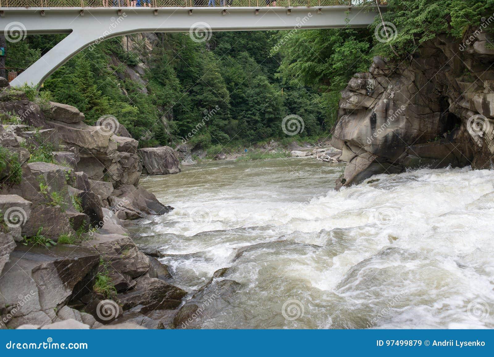 Il fiume passa vicino alle rocce