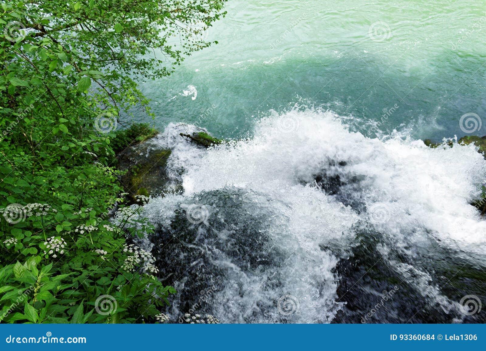 Il fiume Vrelo sfocia nel fiume Drina via una cascata