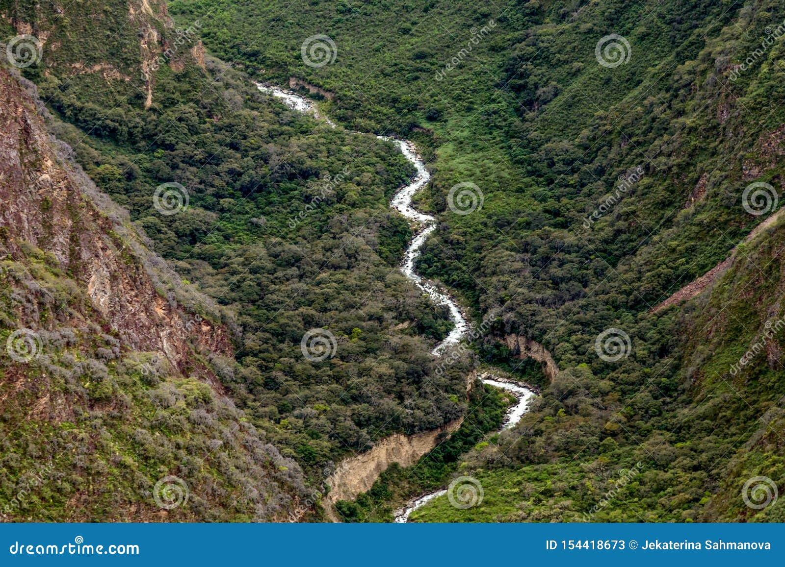 Il fiume White o Rio Blanco Valley con acqua corrente veloce fra le pietre, Perù