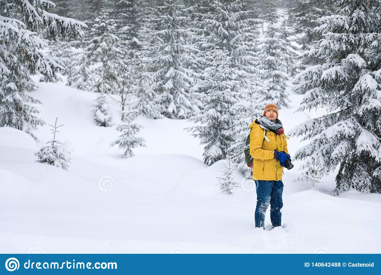 Il fotografo nella foresta di inverno