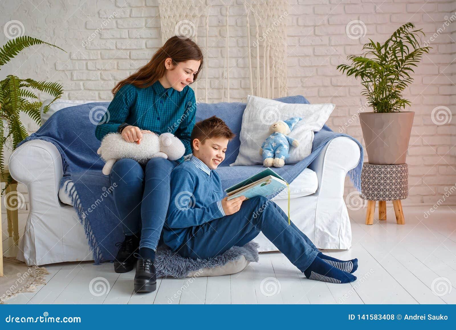 Il fratello e la sorella stanno leggendo un libro