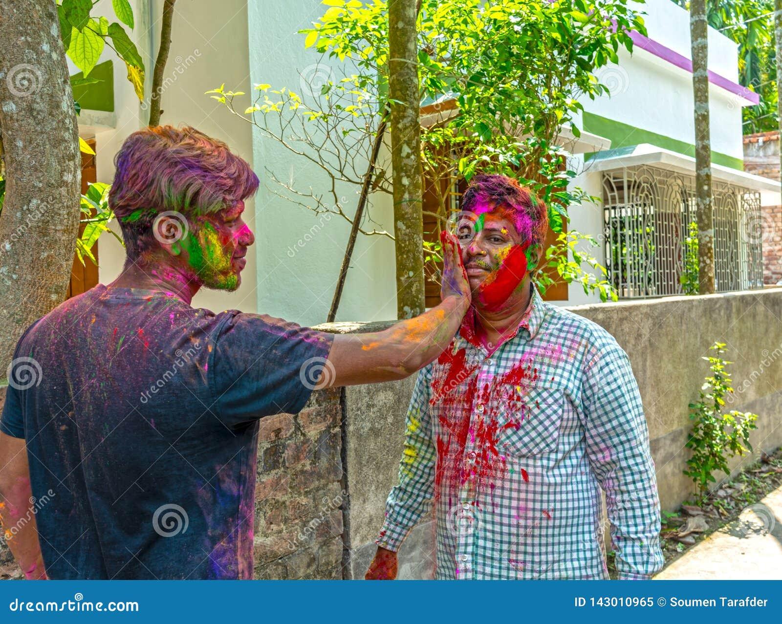 Il fratello indiano due sta colorando durante il festival di Holi in India