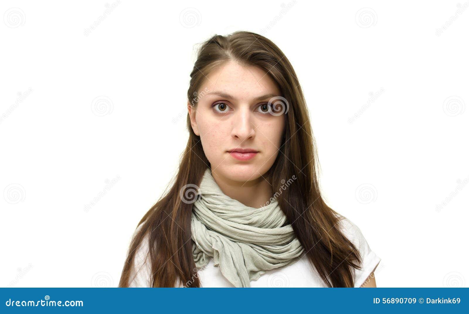 Il fronte della ragazza isolata su un fondo bianco senza emozione