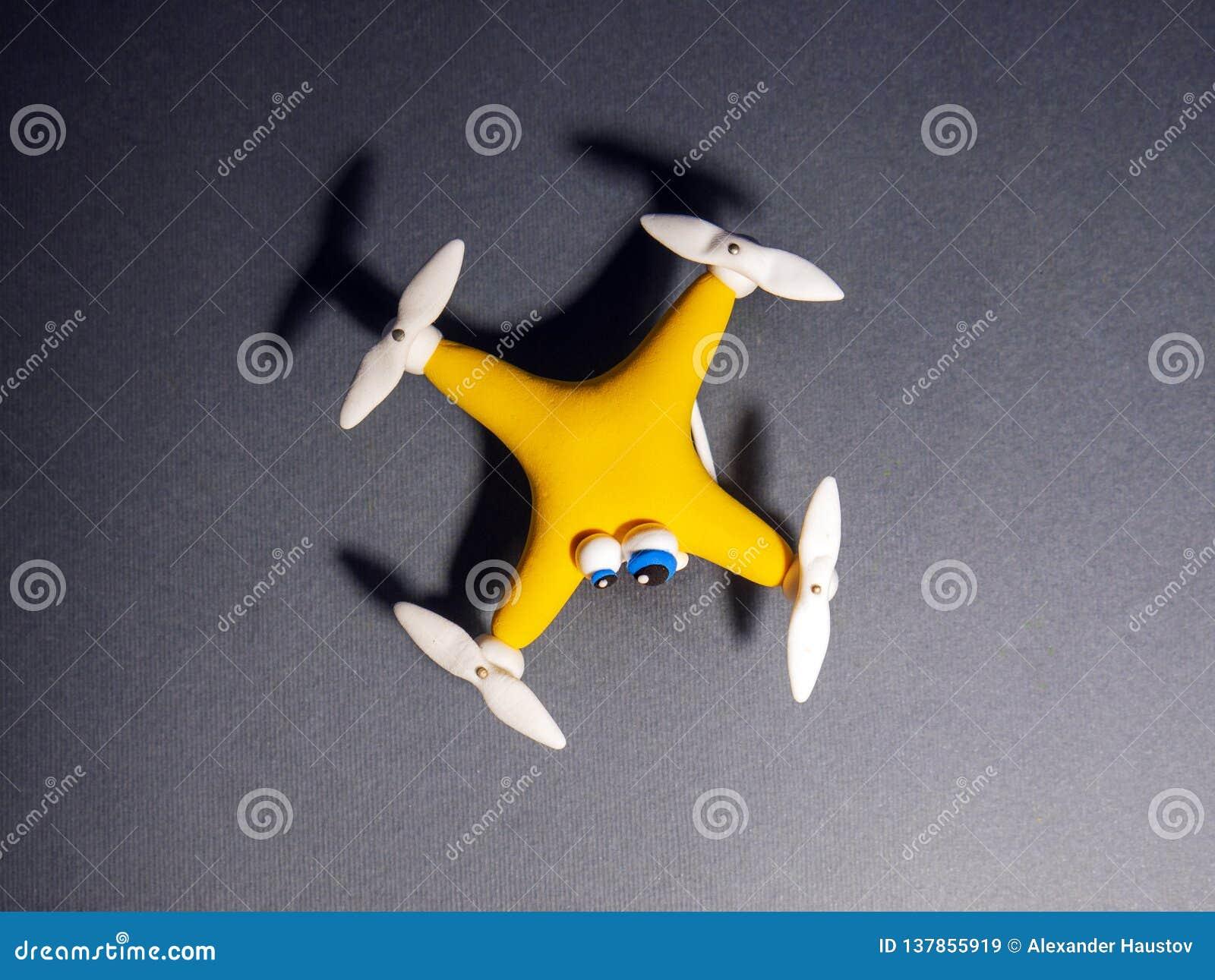 Il fuco vicino su di quadrocopter con il pacchetto stanco
