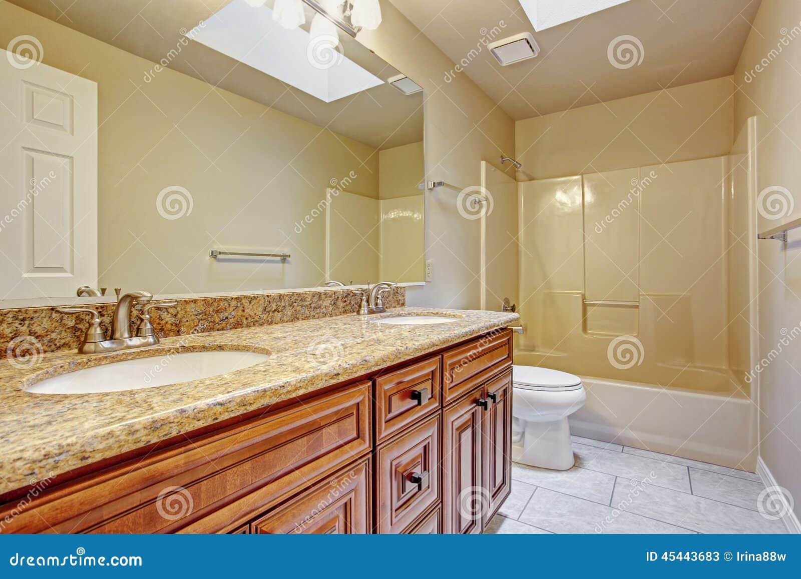 Il gabinetto di bagno con due lavandini ed il granito completano fotografia stock immagine - Due lavandini bagno ...