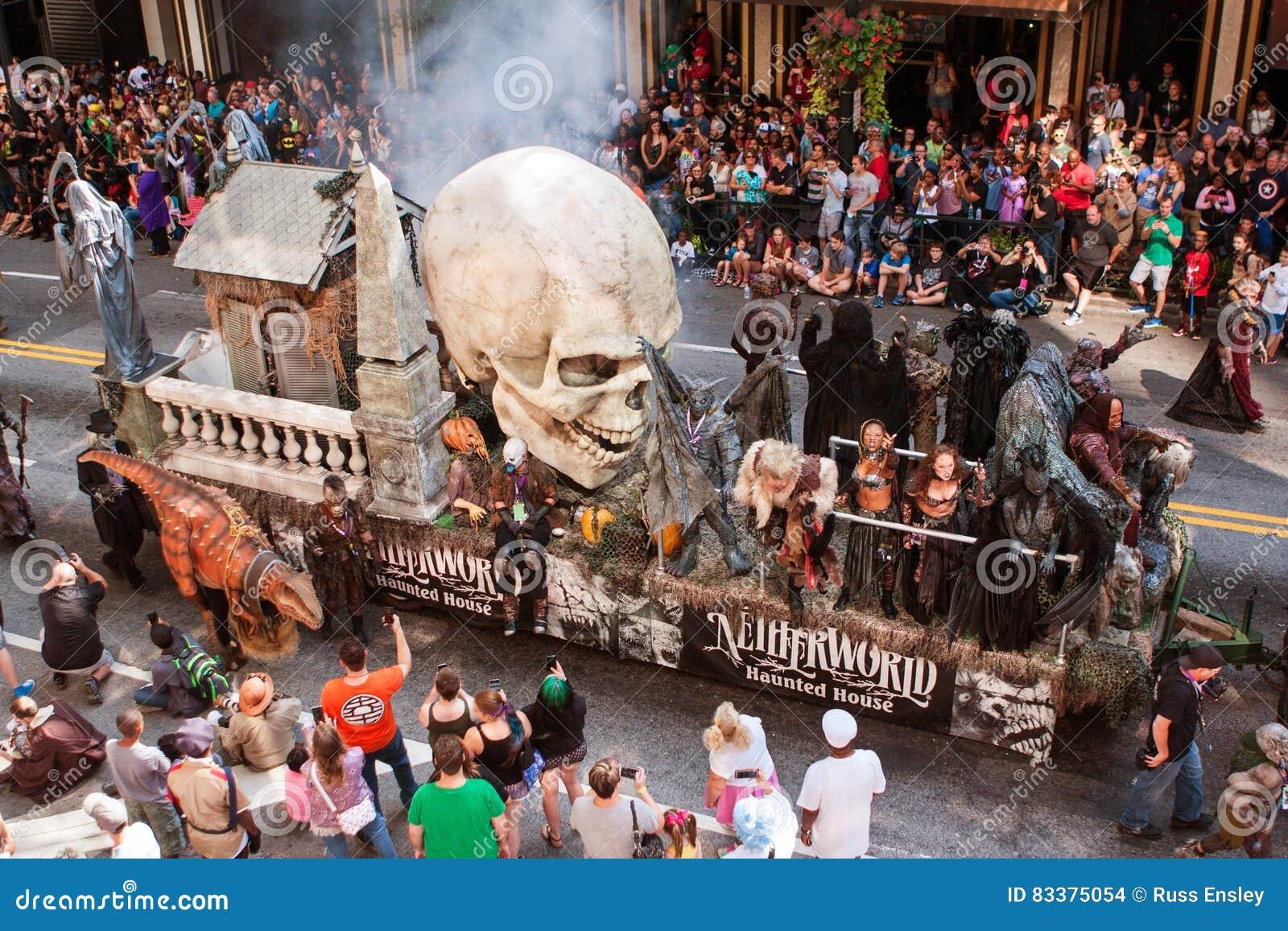 Il galleggiante che promuove la Camera frequentata si muove attraverso Atlanta Dragon Con Parade