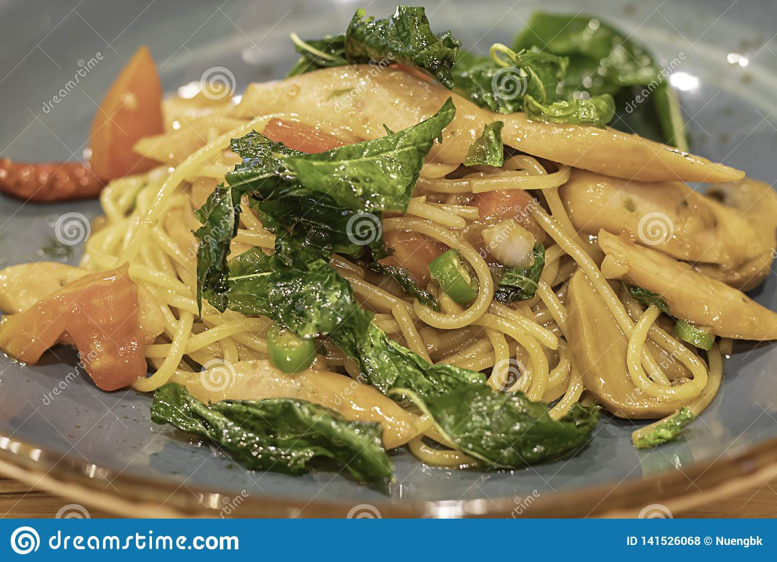 Il gamberetto ed il calamaro piccanti degli spaghetti con le verdure