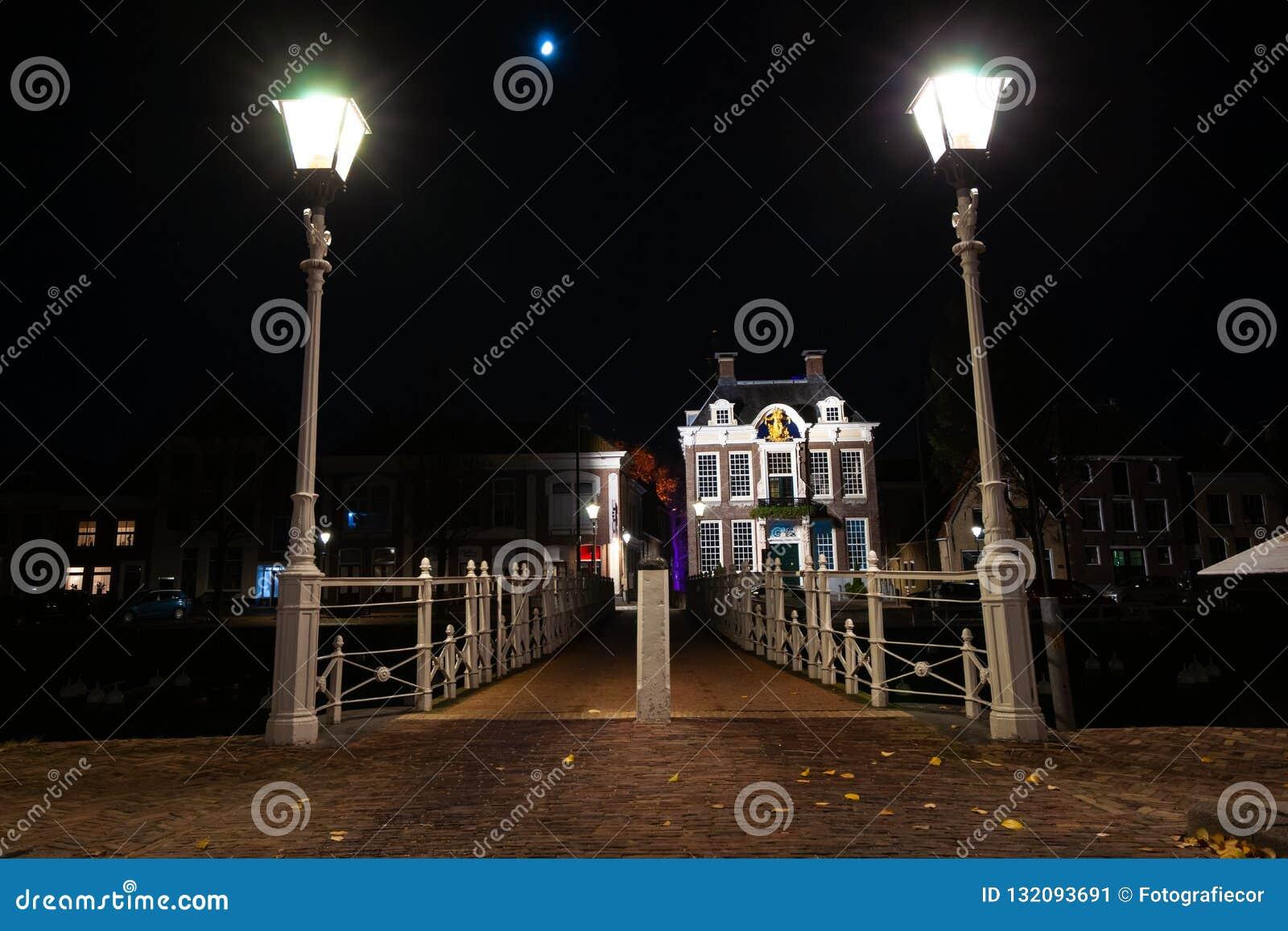 Il ghisa ha forgiato il ponte nel porto con illuminazione di via e la o