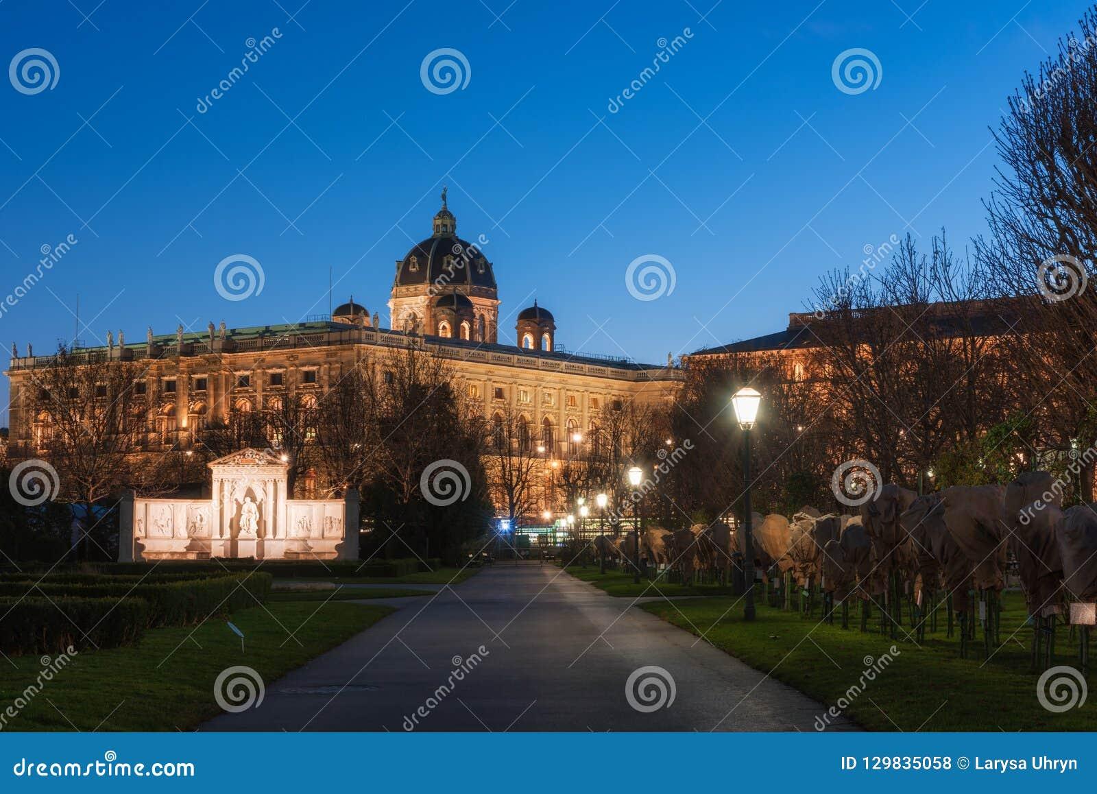 Il giardino alla notte, parco pubblico della gente di Volksgarten a Vienna, Austria