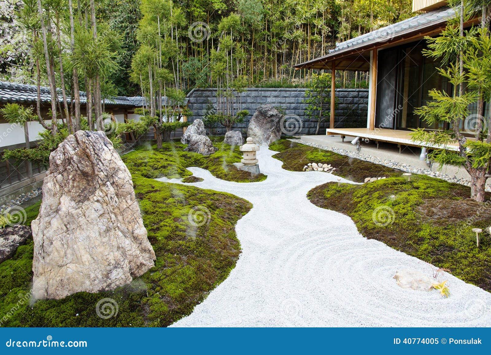 Il giardino di rocce in un tempio hasedera di hase - Rocce da giardino ...
