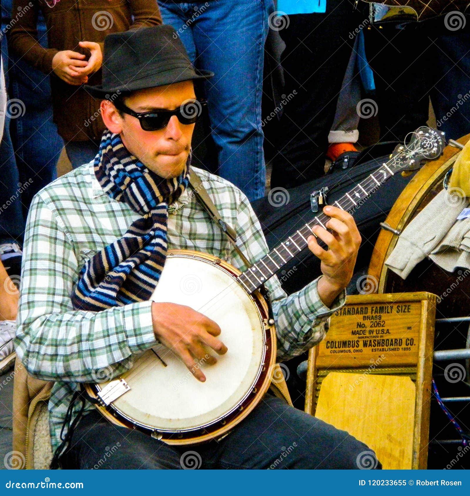 Il giocatore del banjo dalla banda ha chiamato Tuba Skinney