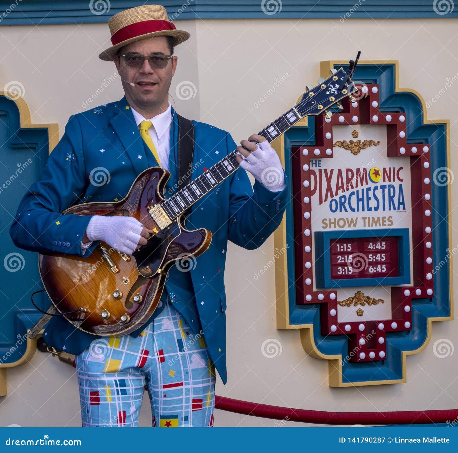 Il giocatore di chitarra elettrica intrattiene gli ospiti all avventura della California di Disney