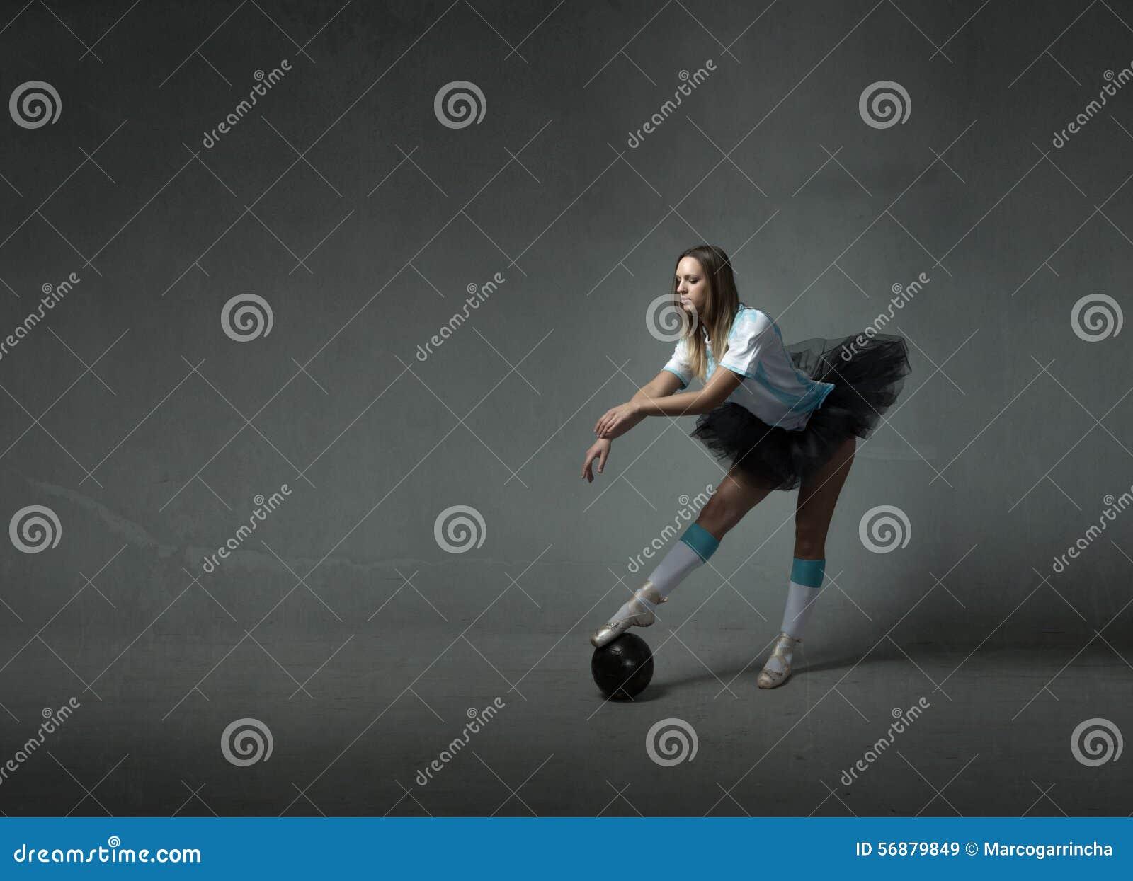 Il giocatore di football americano con la palla gradisce un ballerino