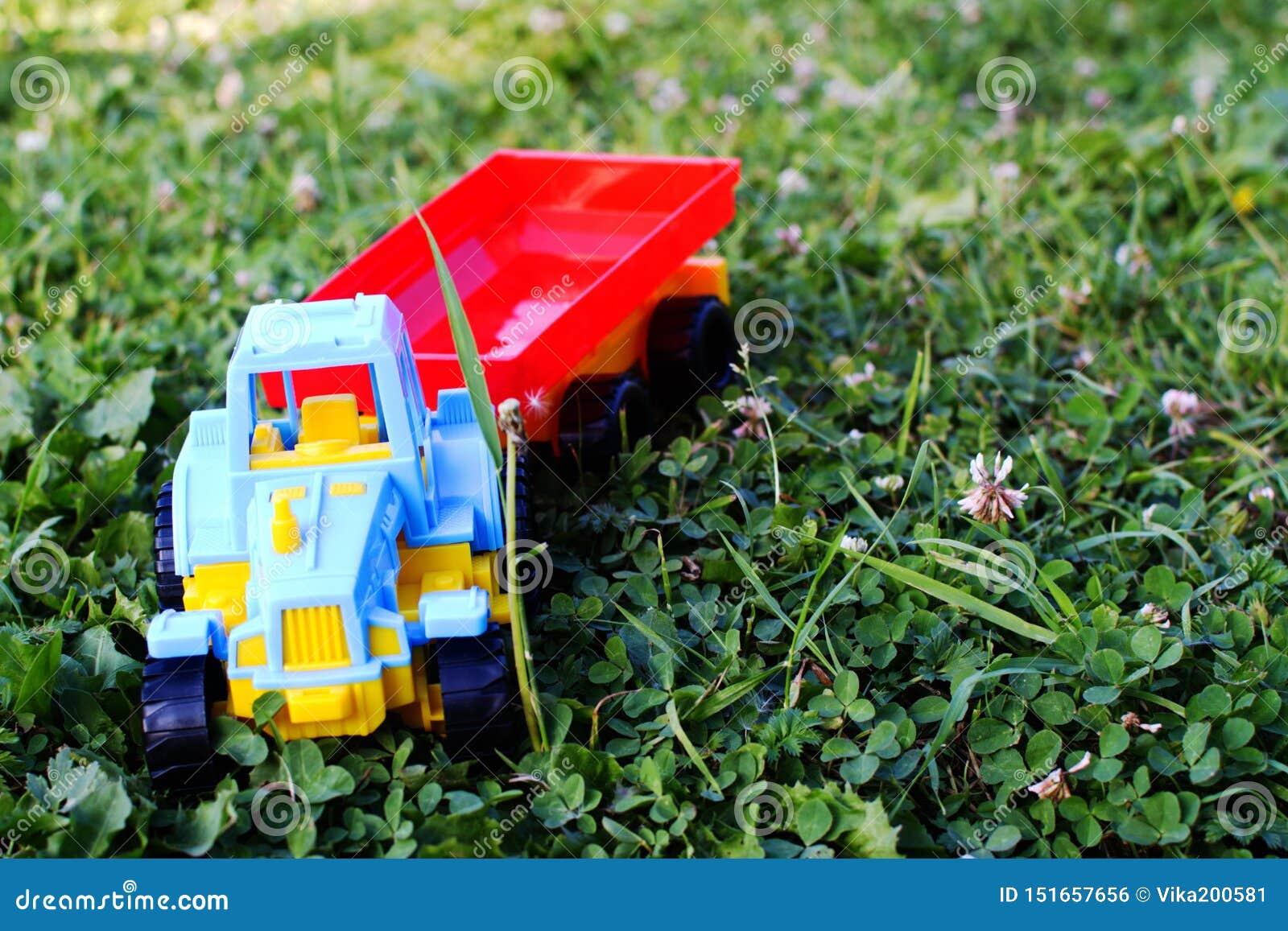 Il giocattolo di plastica dei bambini il trattore