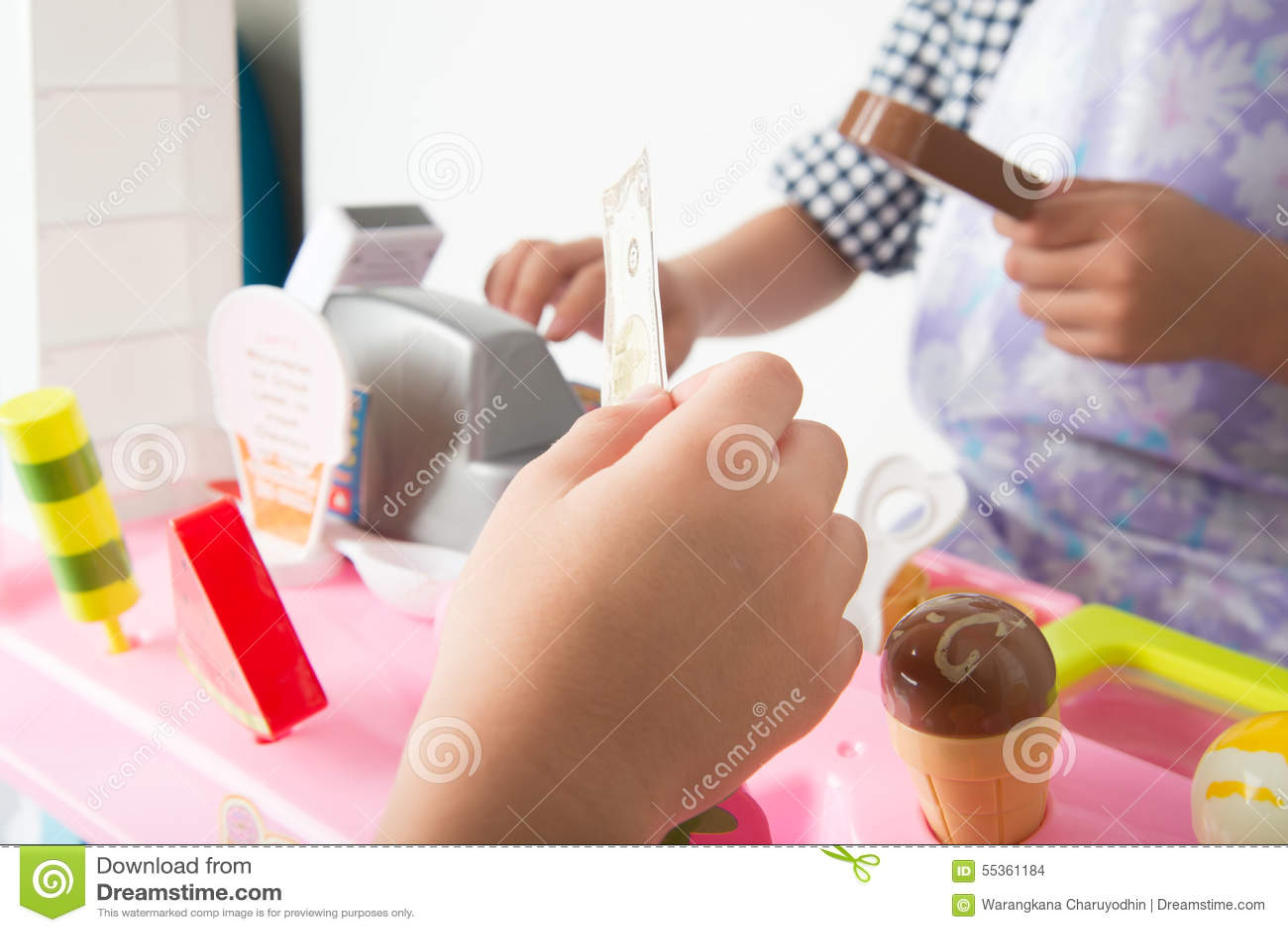 Il gioco del ragazzino finge come un saler nel deposito del negozio del gelato
