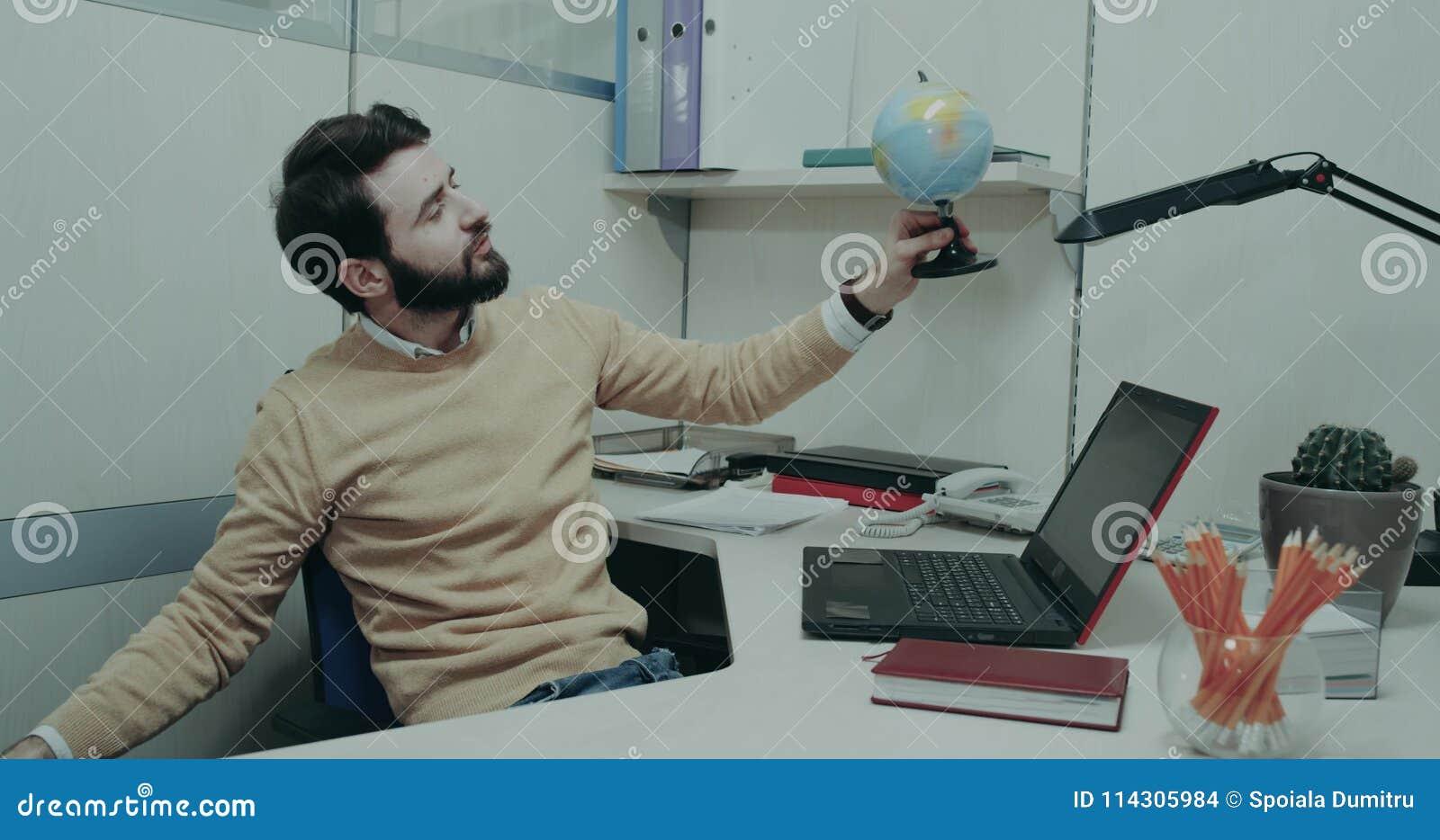 Lavoro Ufficio Clipart : Il gioco dell uomo dell ufficio carismatico con un clipart