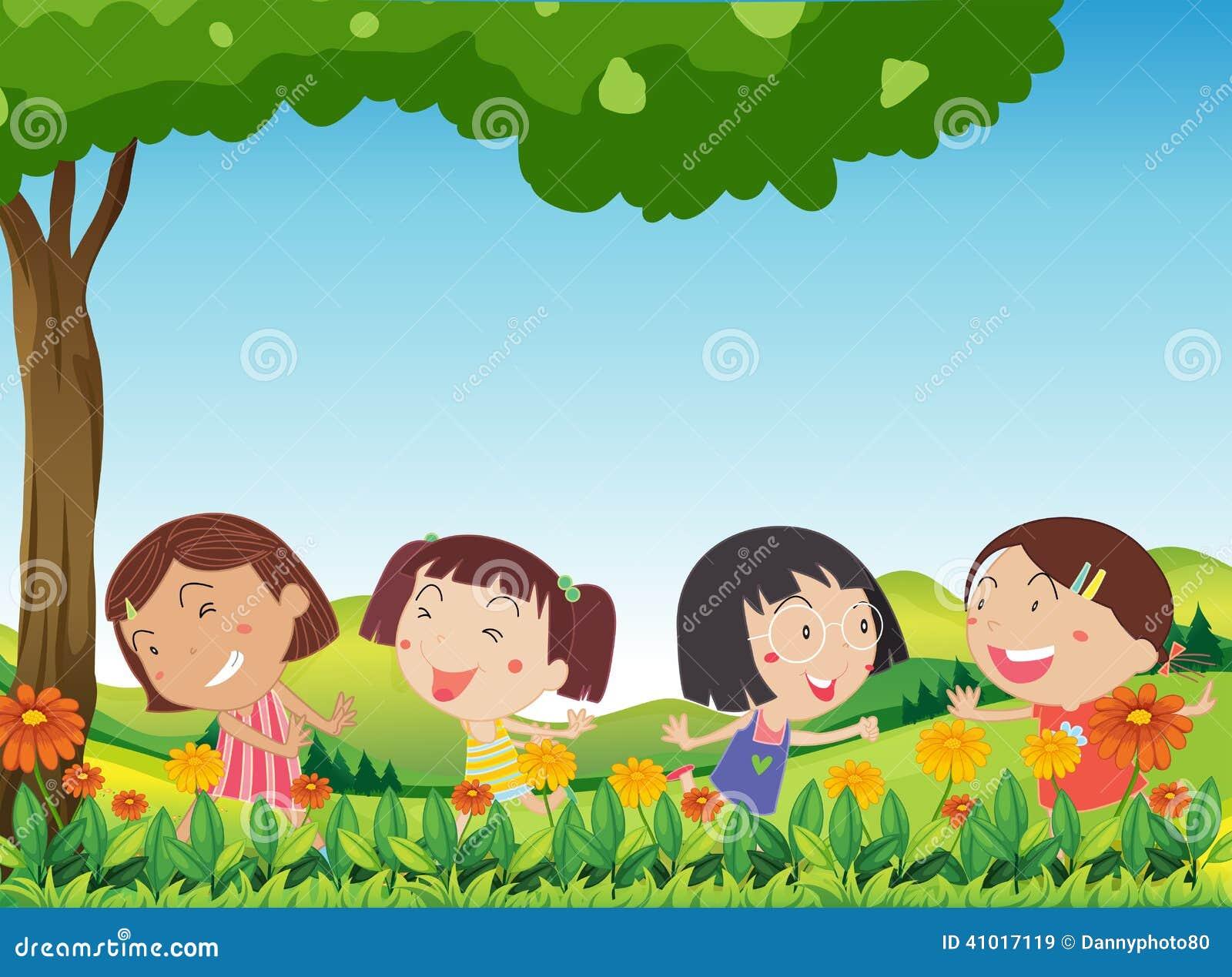 Il gioco felice dei bambini all aperto vicino alla fioritura fiorisce