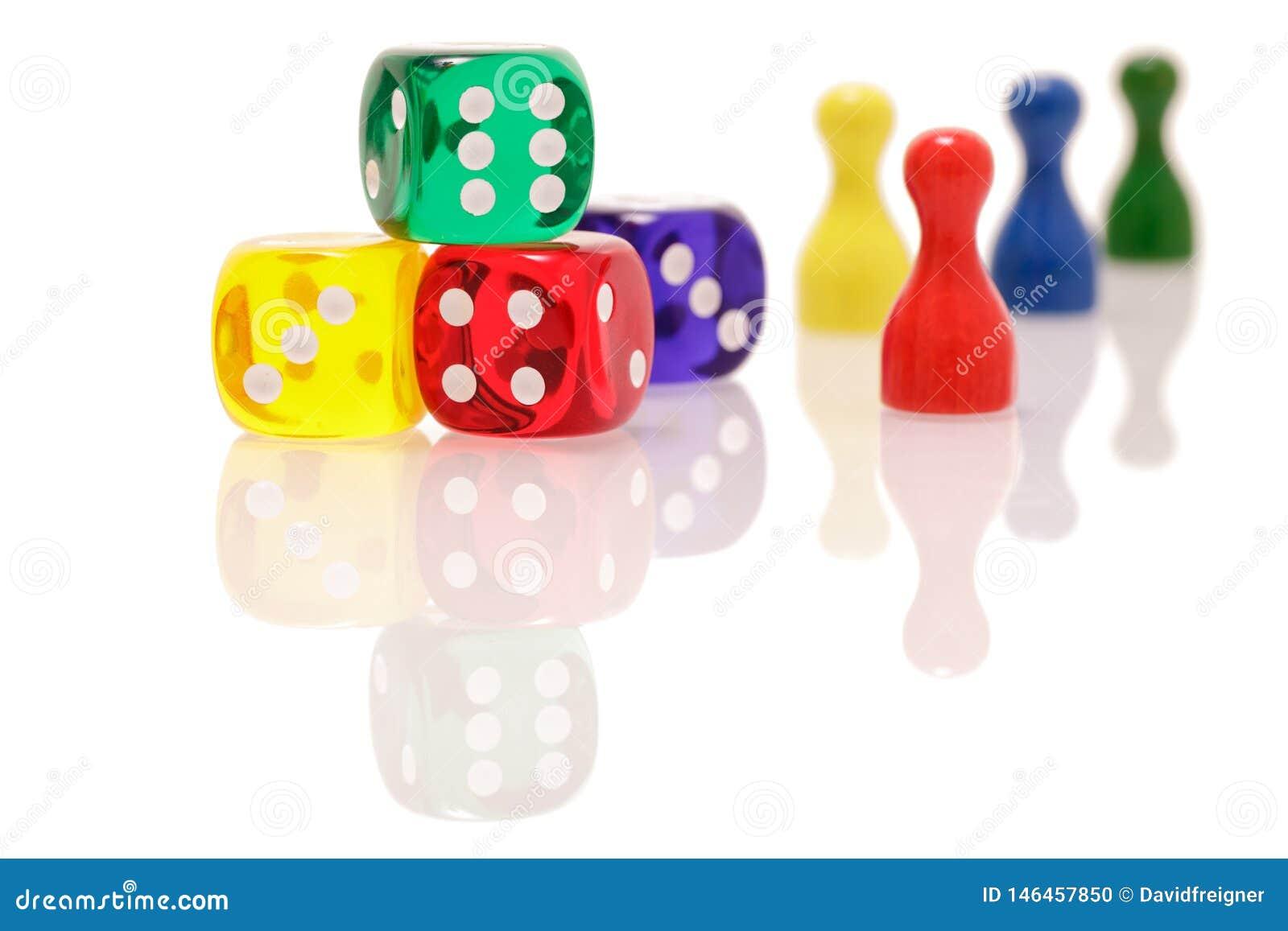 Il gioco taglia e figure di legno isolate su fondo bianco Concetto dei giochi, di spettacolo e di fortuna